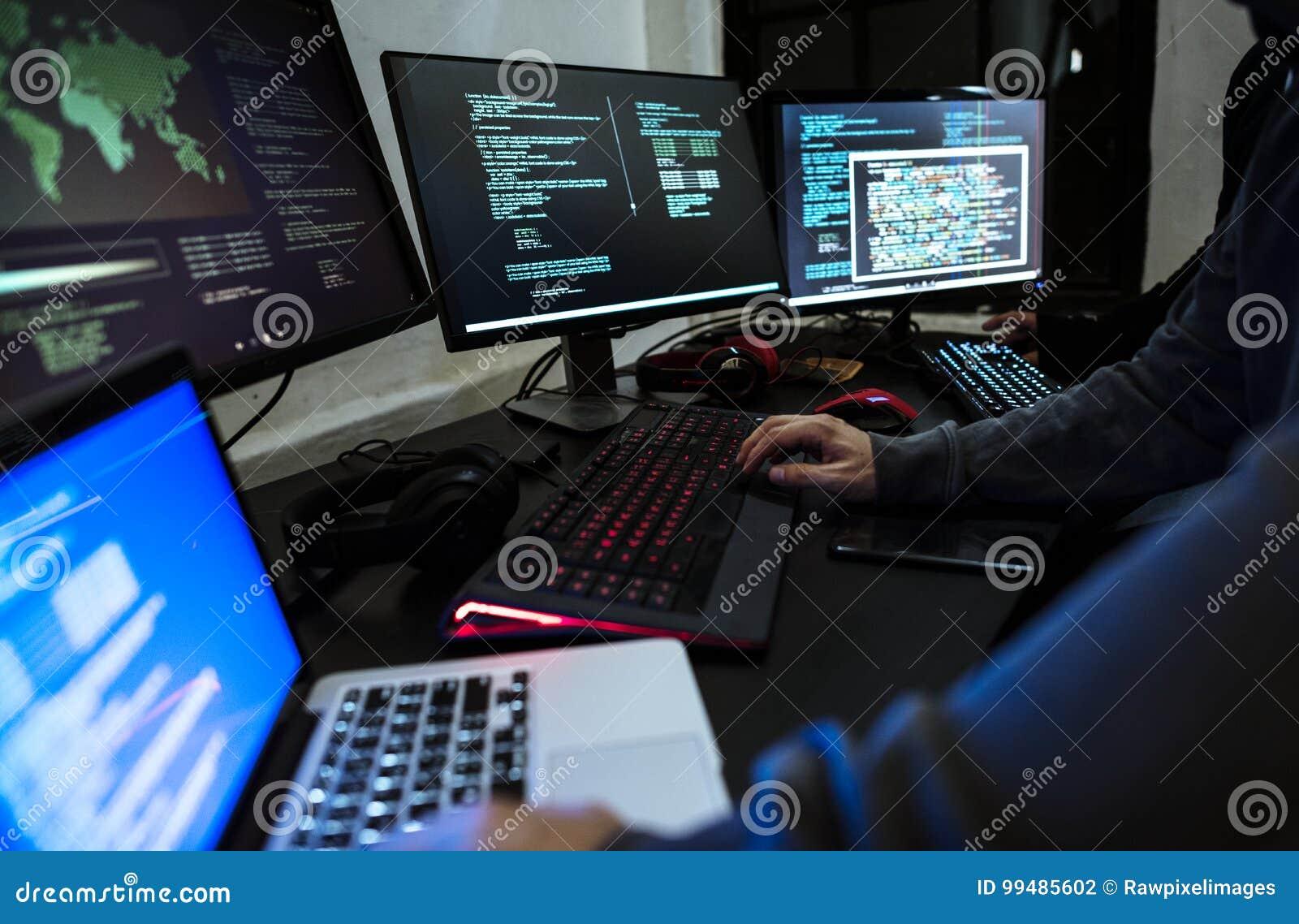 Hakker die aan computer cyber misdaad werken