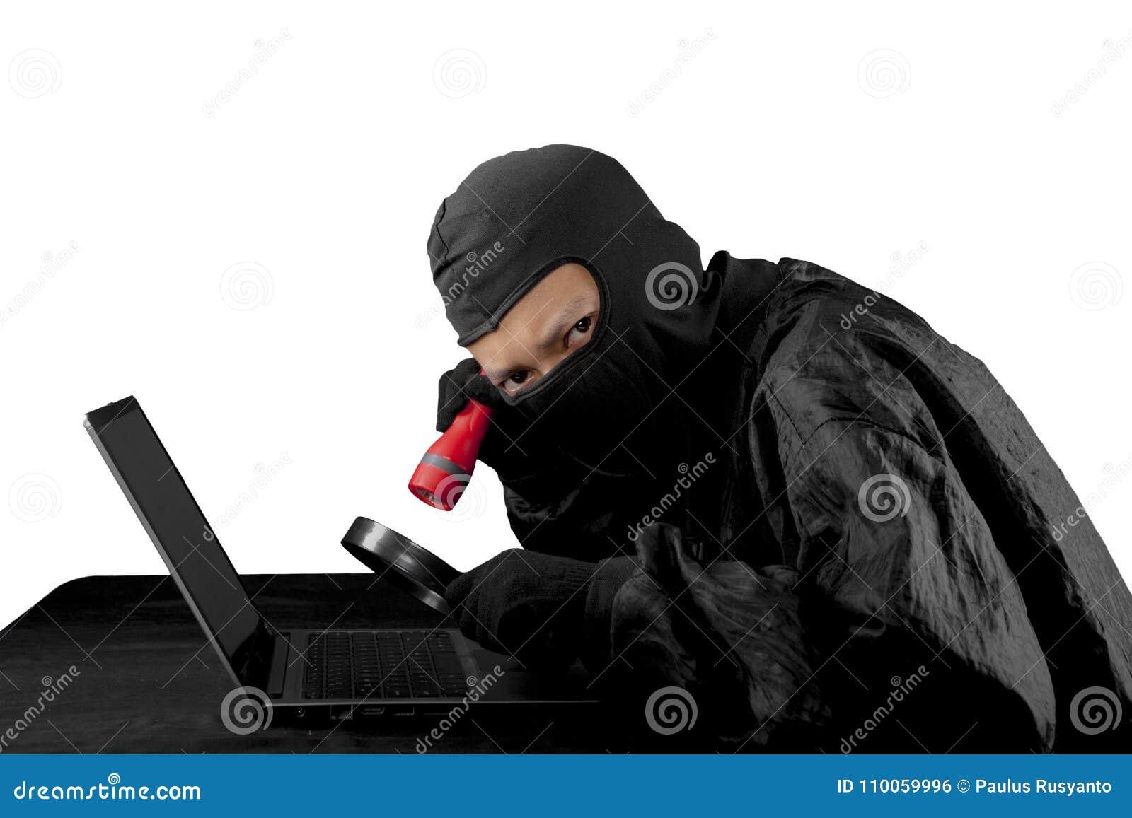Hakker die flitslicht en vergrootglas met behulp van