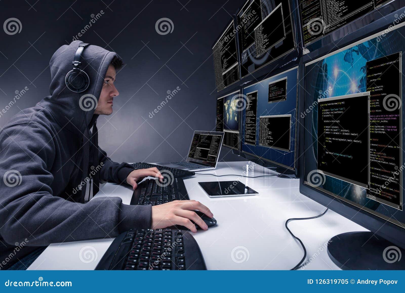 Hakker die Veelvoudige Computers voor Stealing Gegevens met behulp van