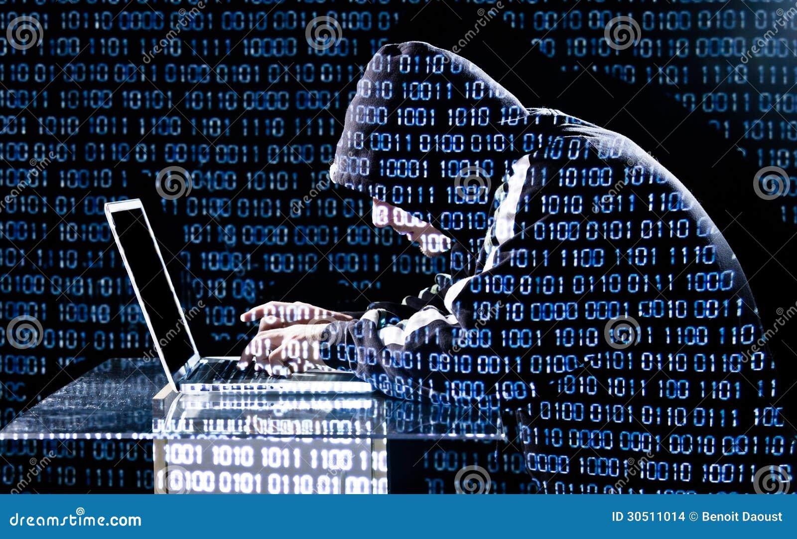 Hakker het typen op laptop