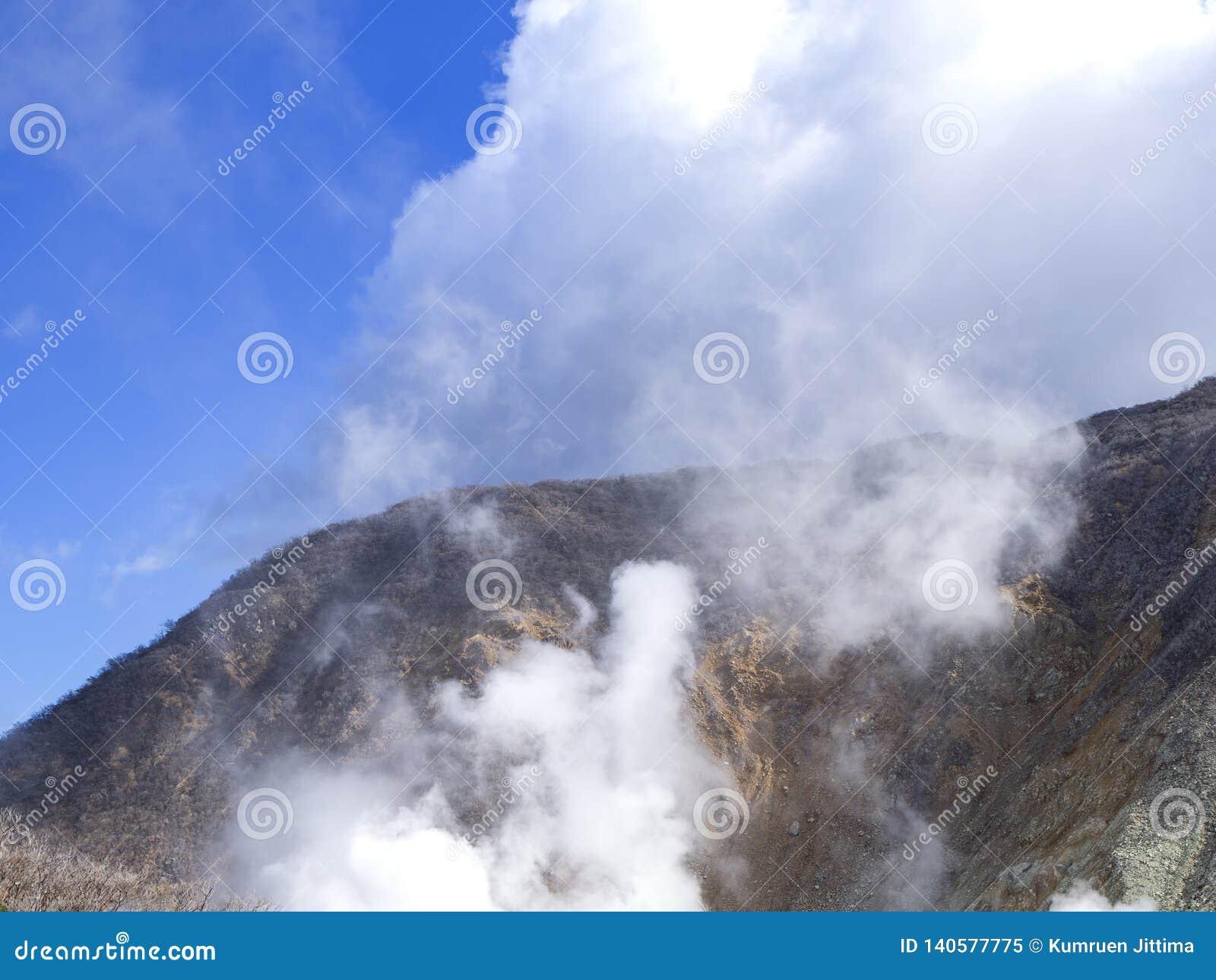 Hakone w Japonia Owakudani jest geotermicznym doliną z aktywnymi siarek wentylacjami i gorącymi wiosnami w Hakone