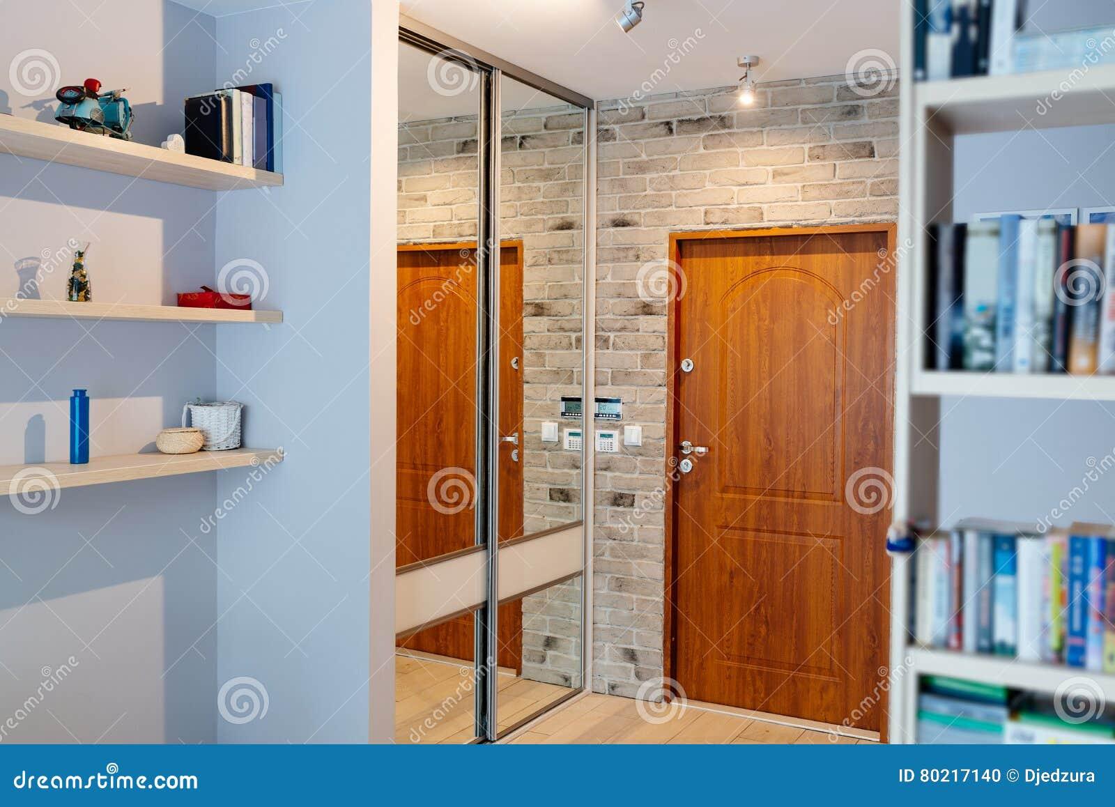 Hal in moderne flat met spiegelgarderobe stock foto afbeelding