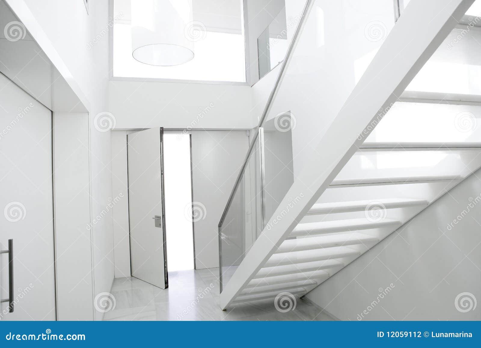 Hal van de de trede witte architectuur van het huis de binnenlandse
