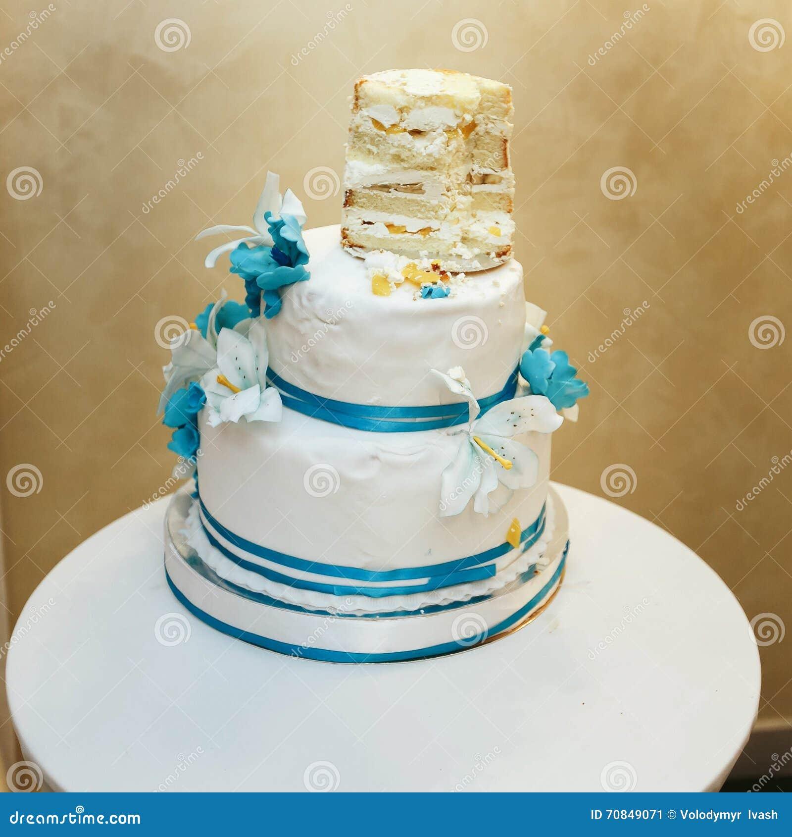 Halb Aufgegessene Weiss Blaue Hochzeitstorte Stockbild Bild Von