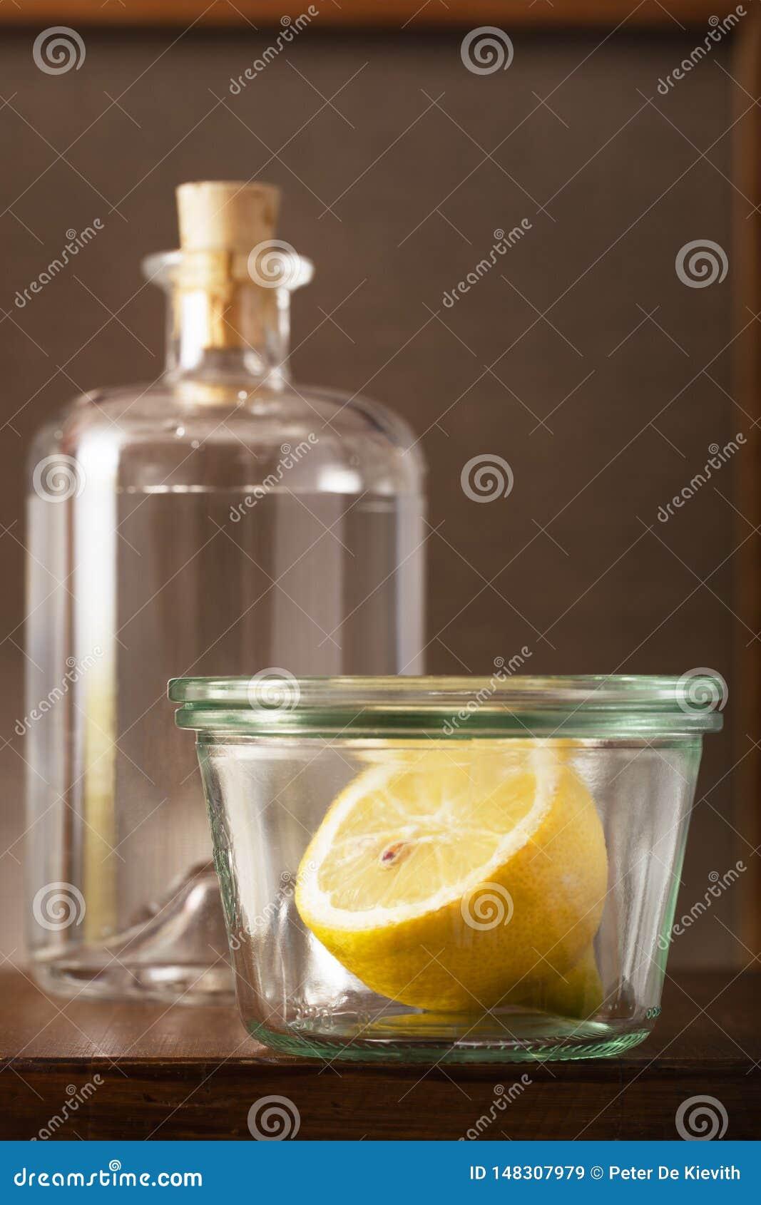 Halb eine Zitrone in einem Weinlesekleinen Glastopf