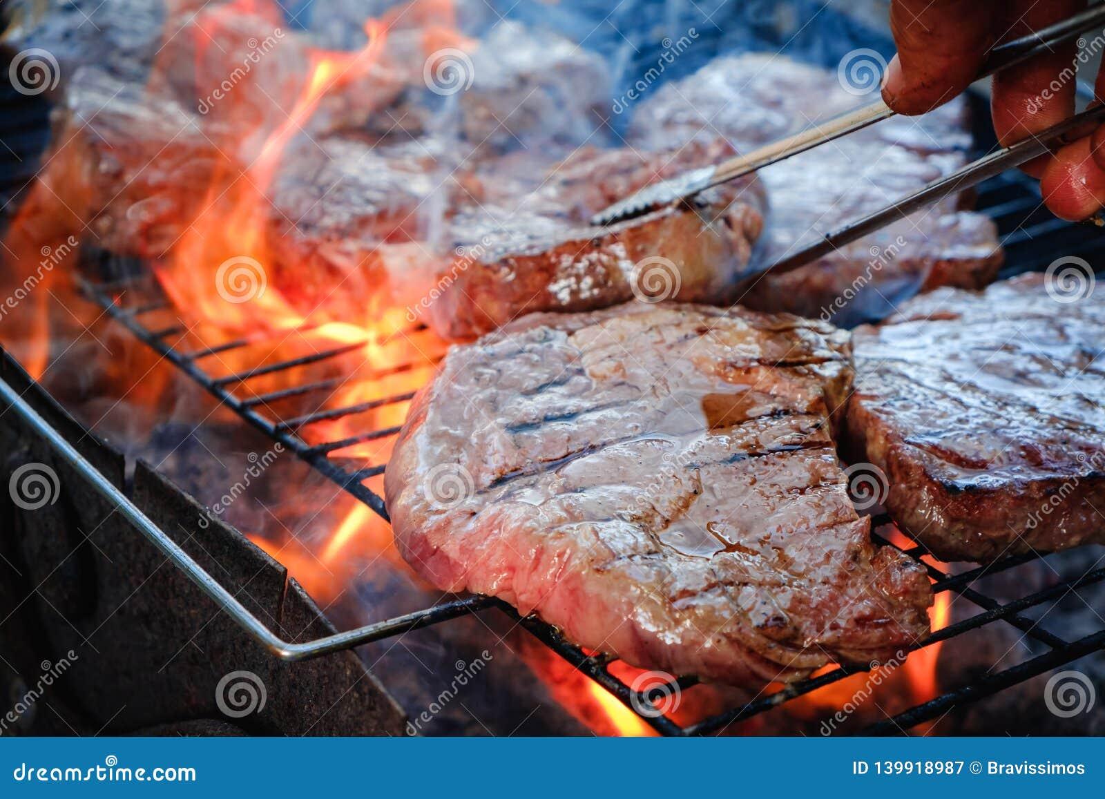 Halb gares geschnittenes gegrilltes striploin Rindfleischsteak Grillfleisch auf dem Grill
