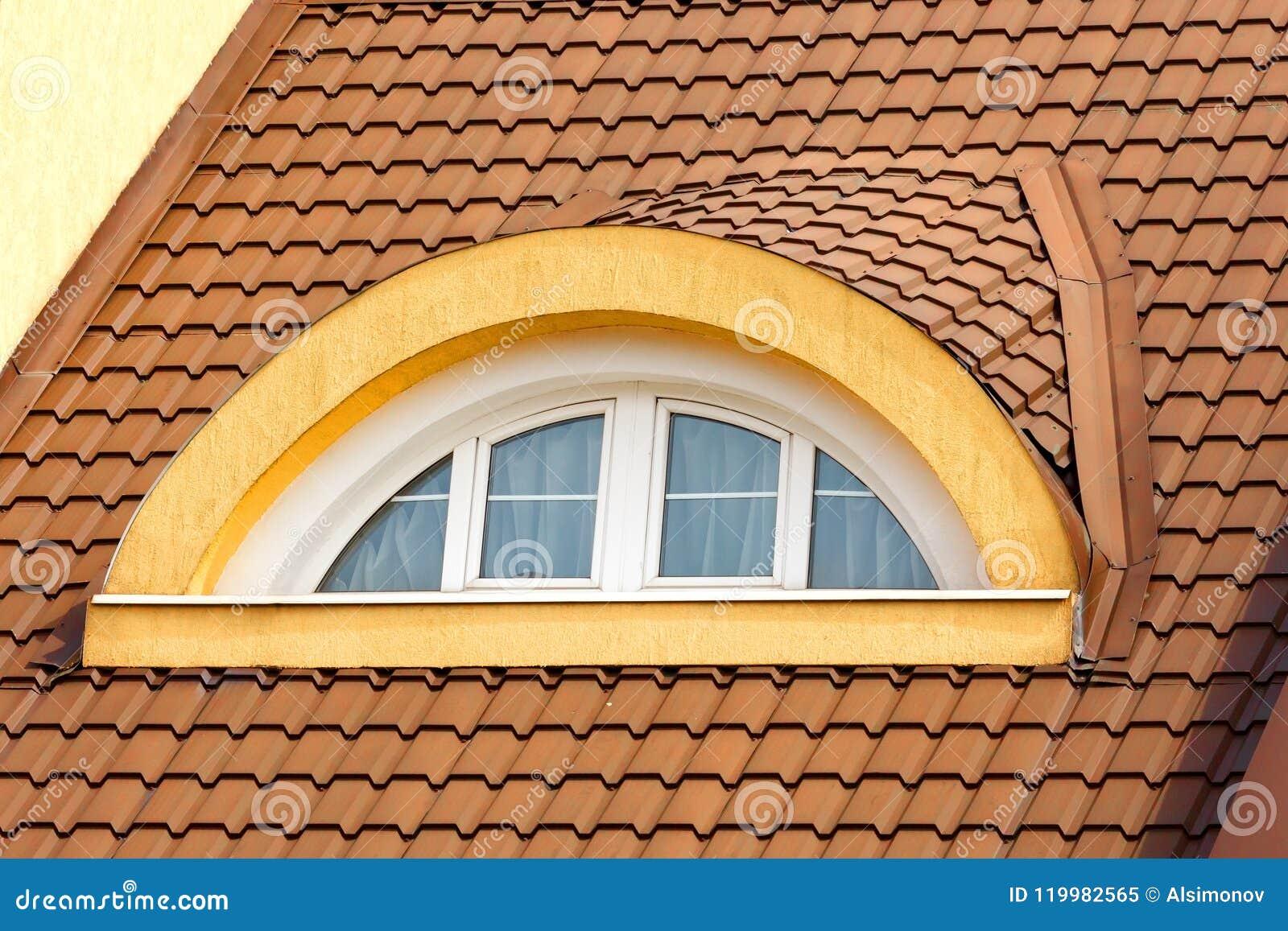 halbkreisförmiges, gewölbtes dachbodenfenster im hintergrund des