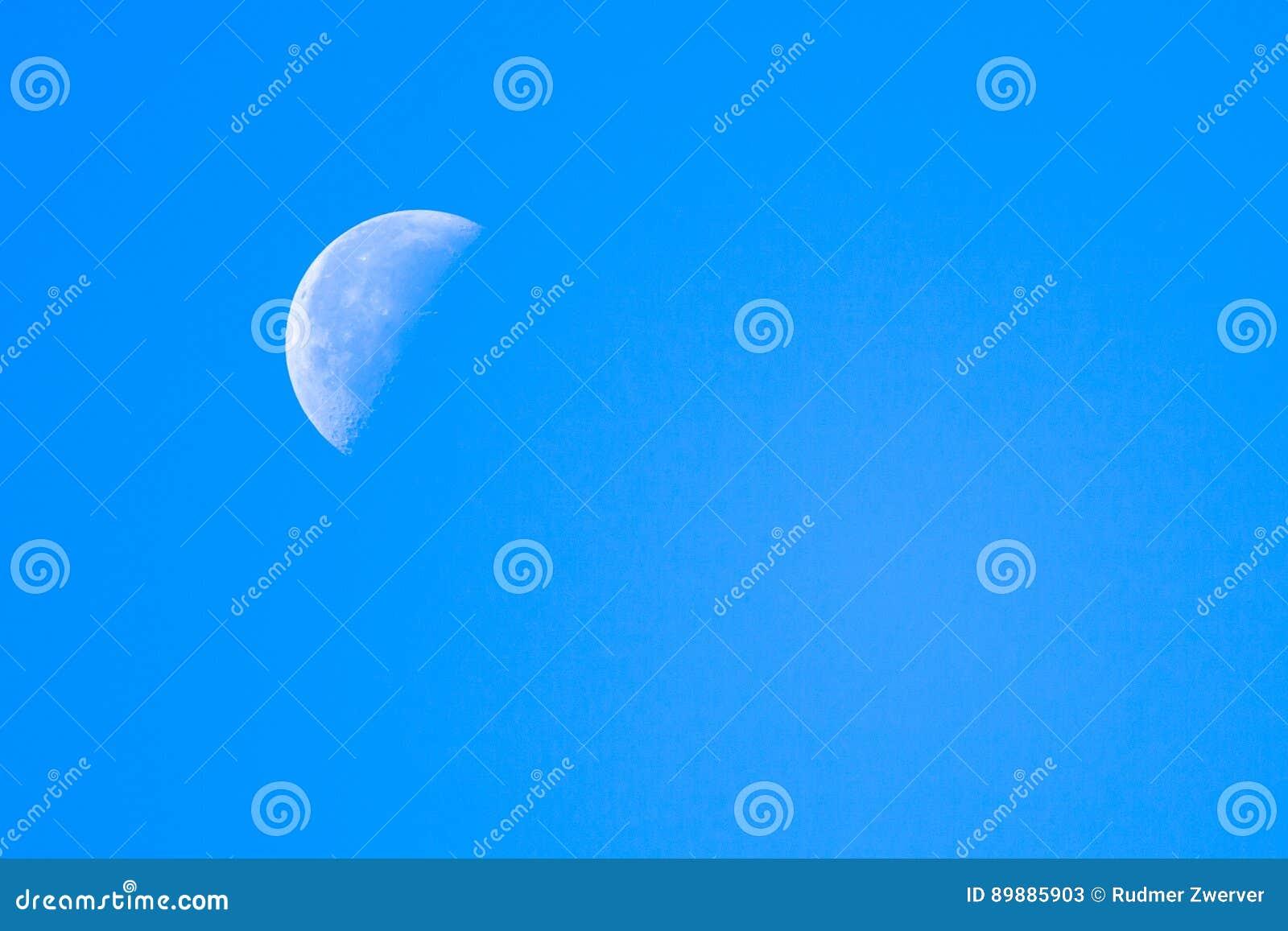 Halbmond-blauer Himmel stockbild. Bild von furchtsam - 89885903