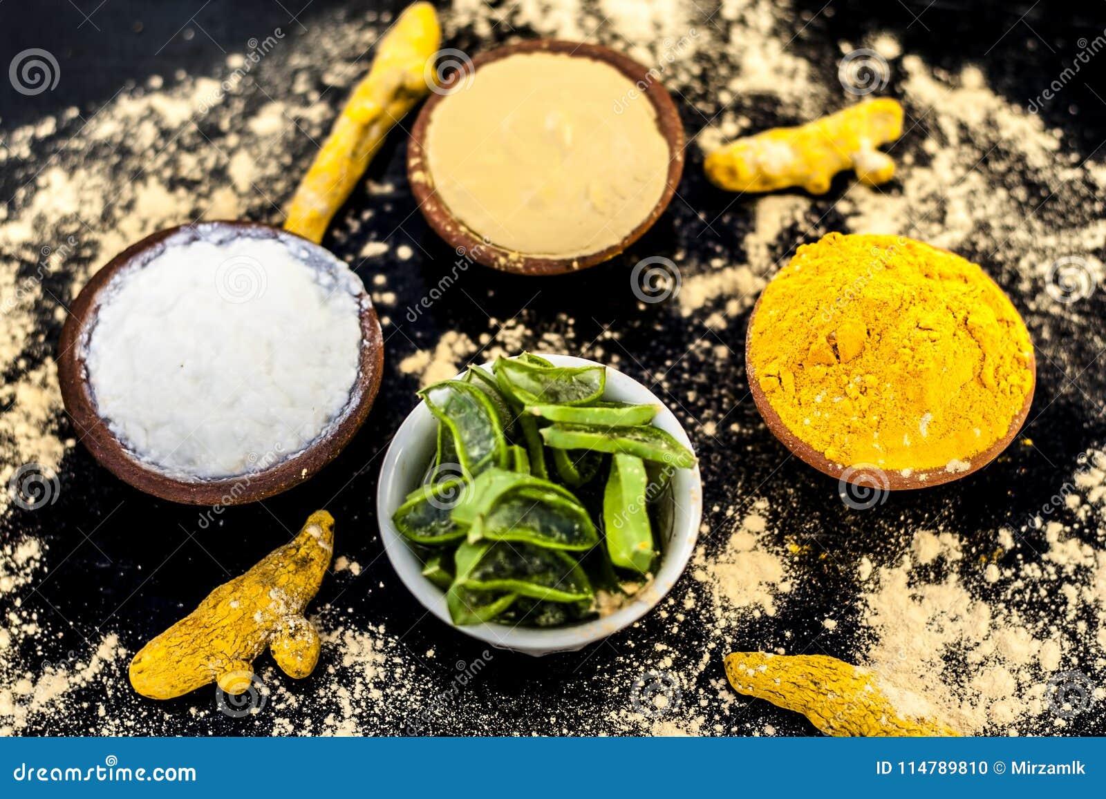 Haldi ubtan con tutti gli ingredienti necessari