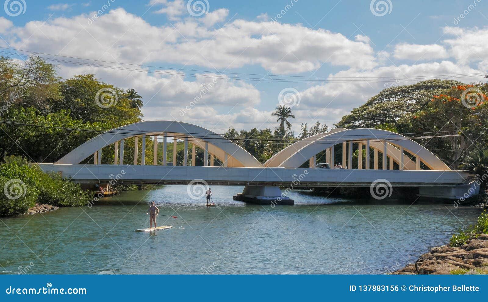HALEIWA, STANY ZJEDNOCZONE AMERYKA, STYCZEŃ - 12 2015: paddle interny przechodzą pod mostem w haleiwa
