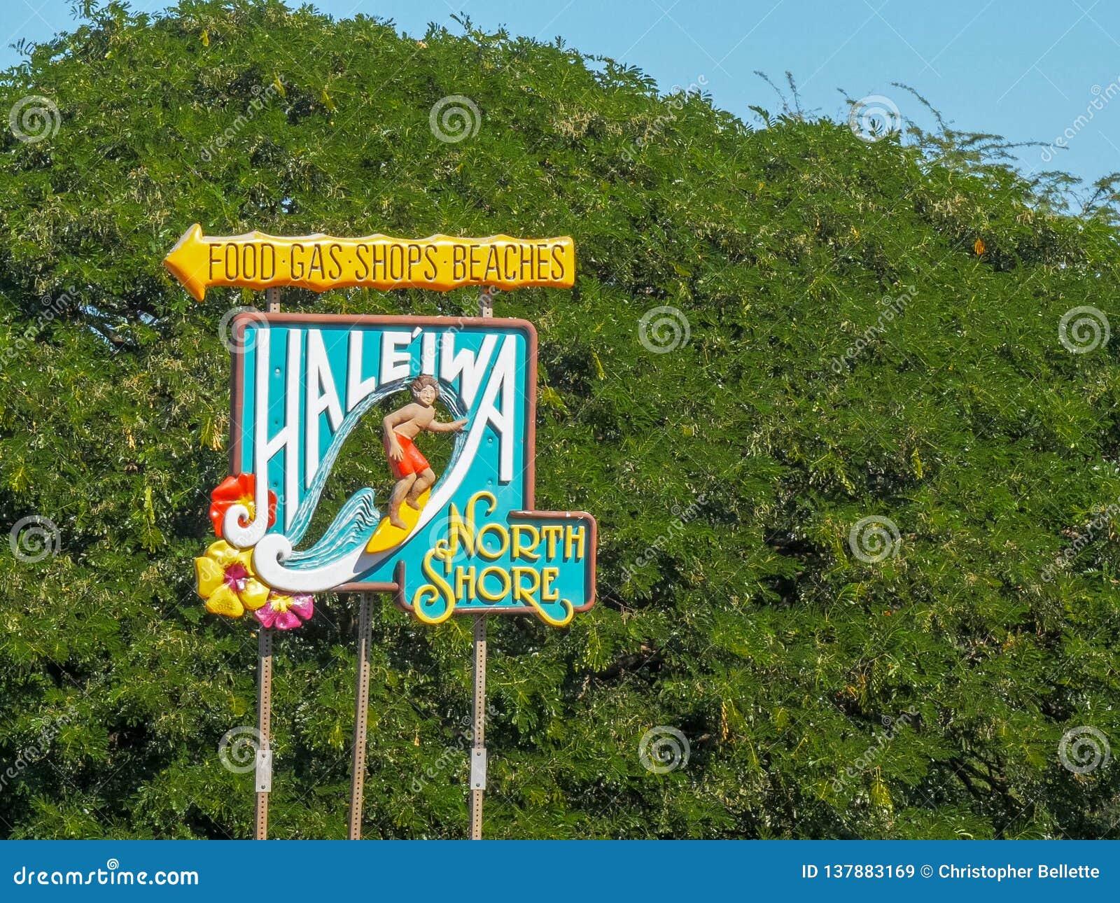 HALEIWA, STANY ZJEDNOCZONE AMERYKA, STYCZEŃ - 12 2015: haleiwa znak na północnym brzeg Oahu