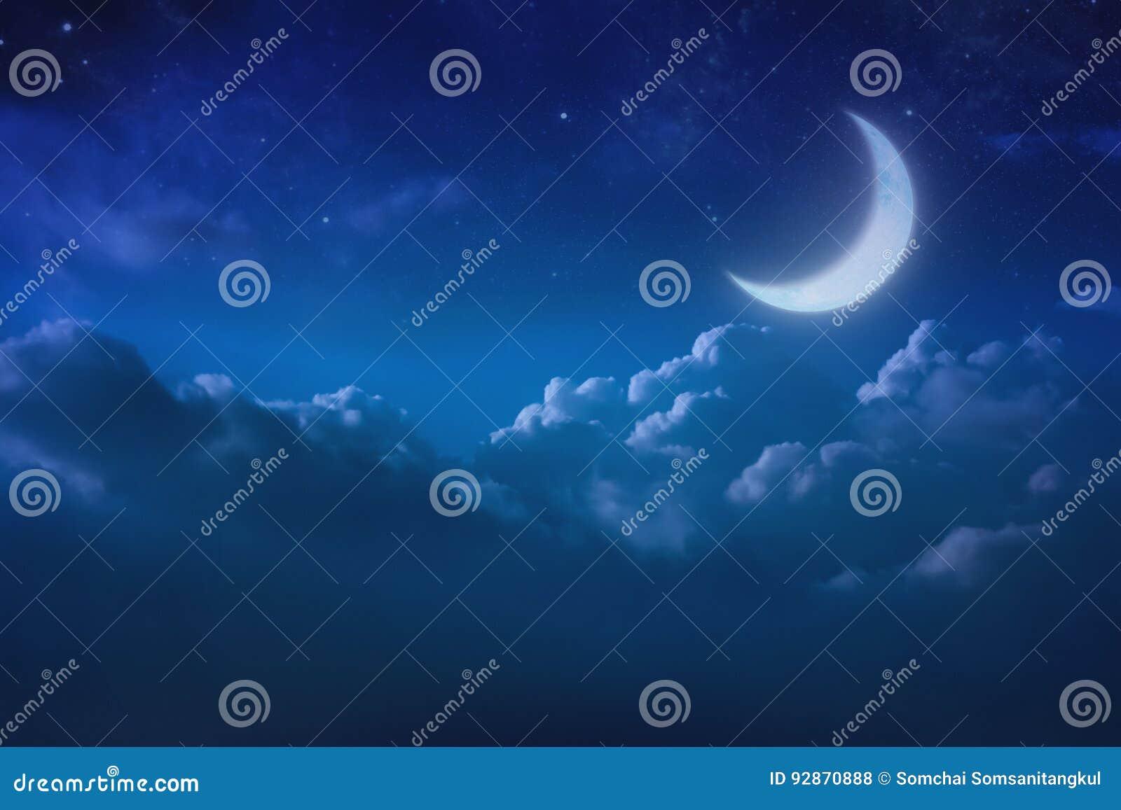Half blauwe maan achter bewolkt op hemel en ster bij nacht outdoors