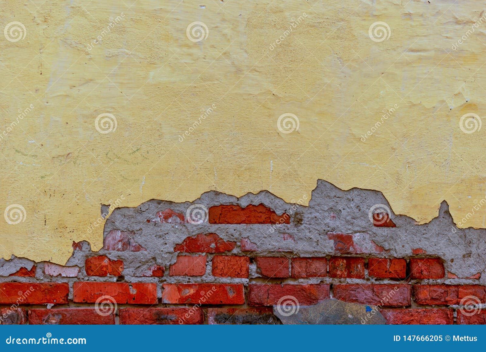 Half gepleisterde muur met strand op eronder