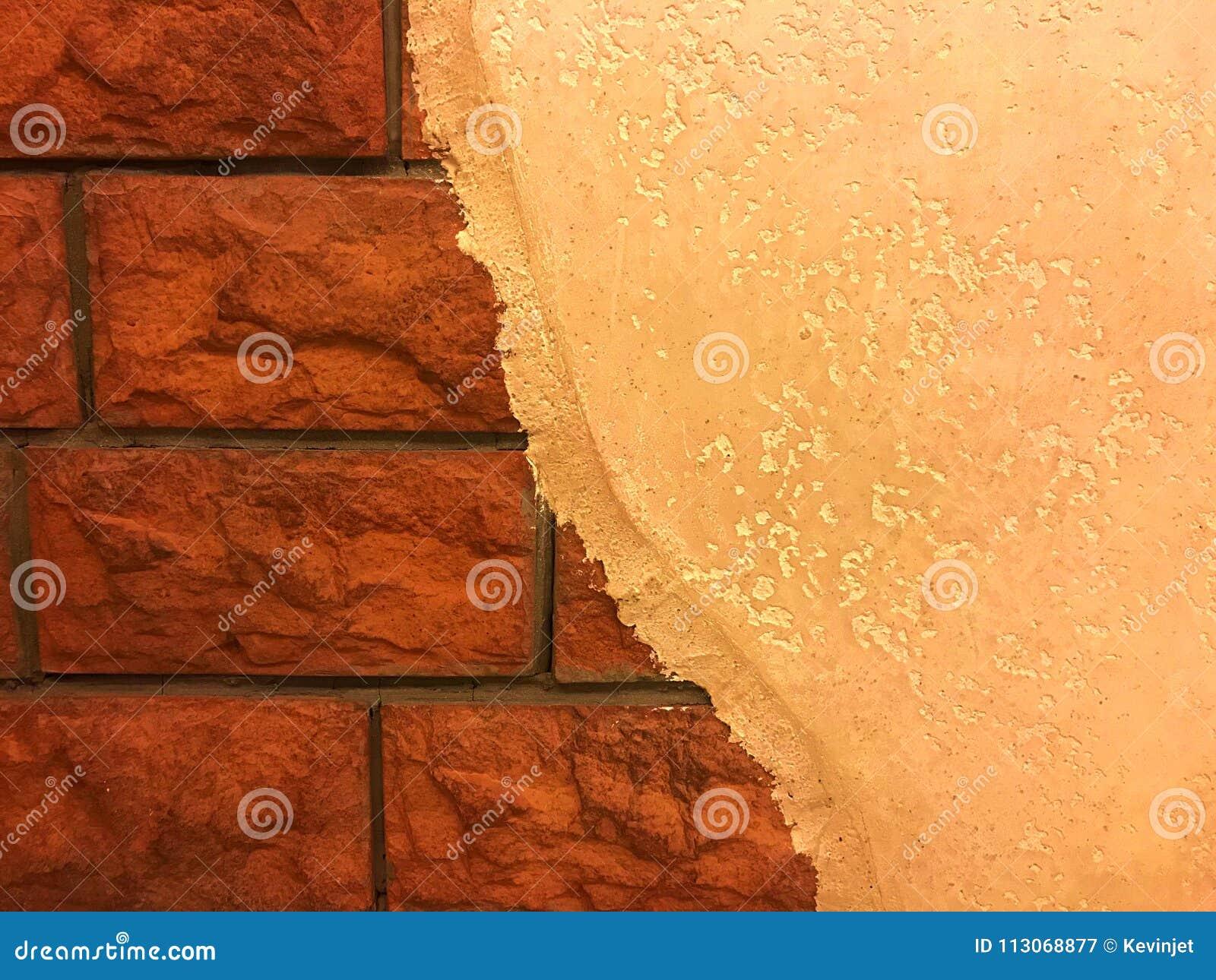 Half Geschilderde Muur : Half geschilderde muur en de rode baksteen stock afbeelding