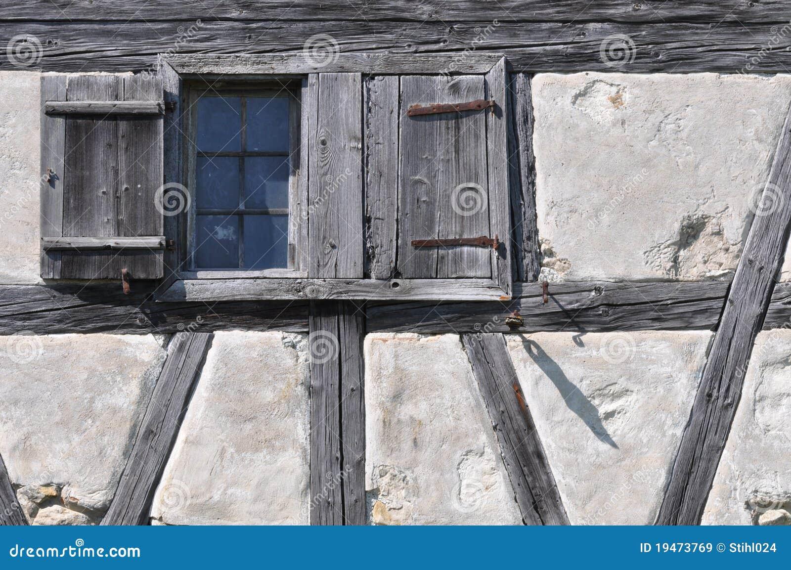 Half hus timrat väggfönster