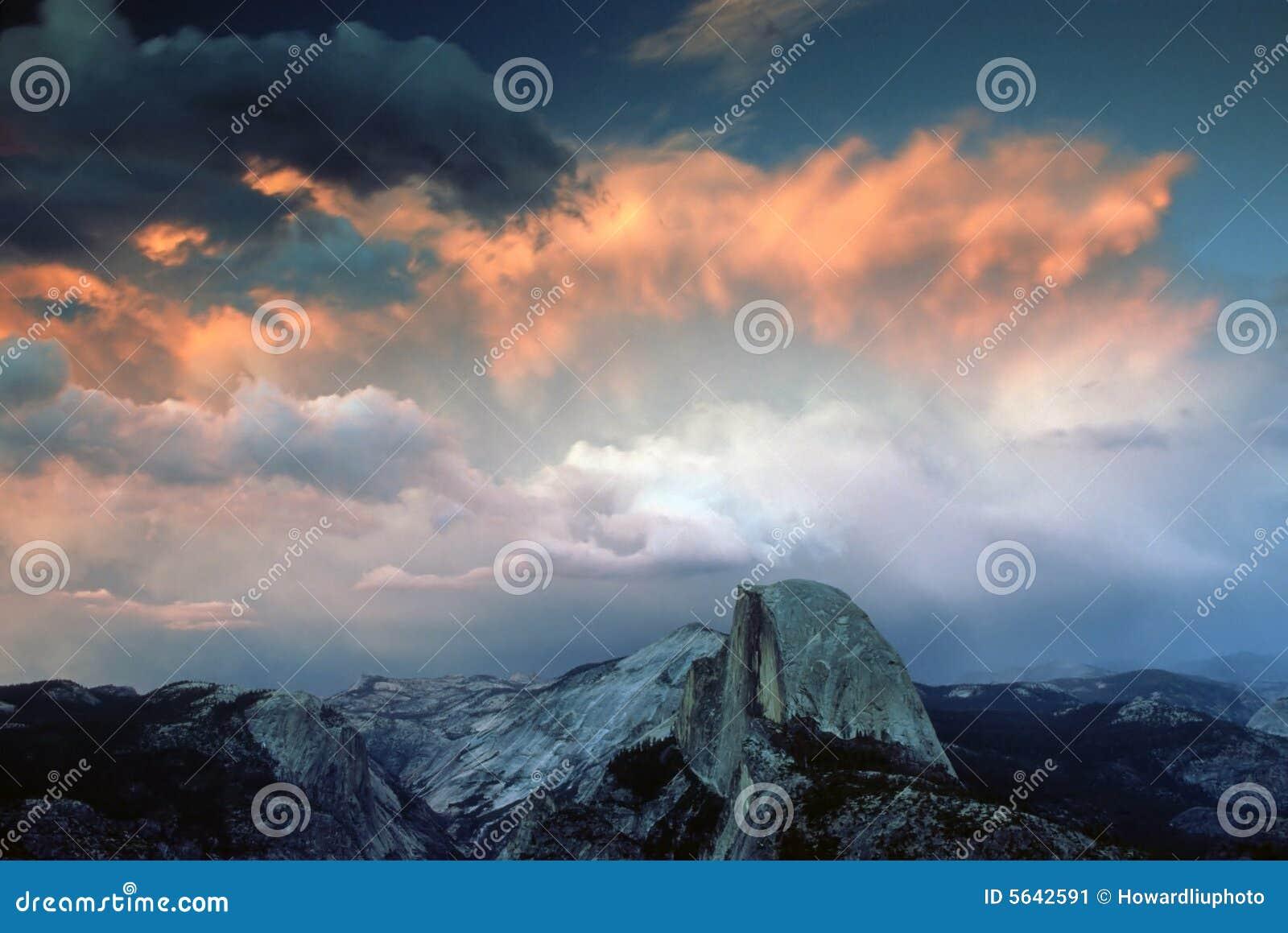Half Noodlot onder stormachtige Zonsondergang