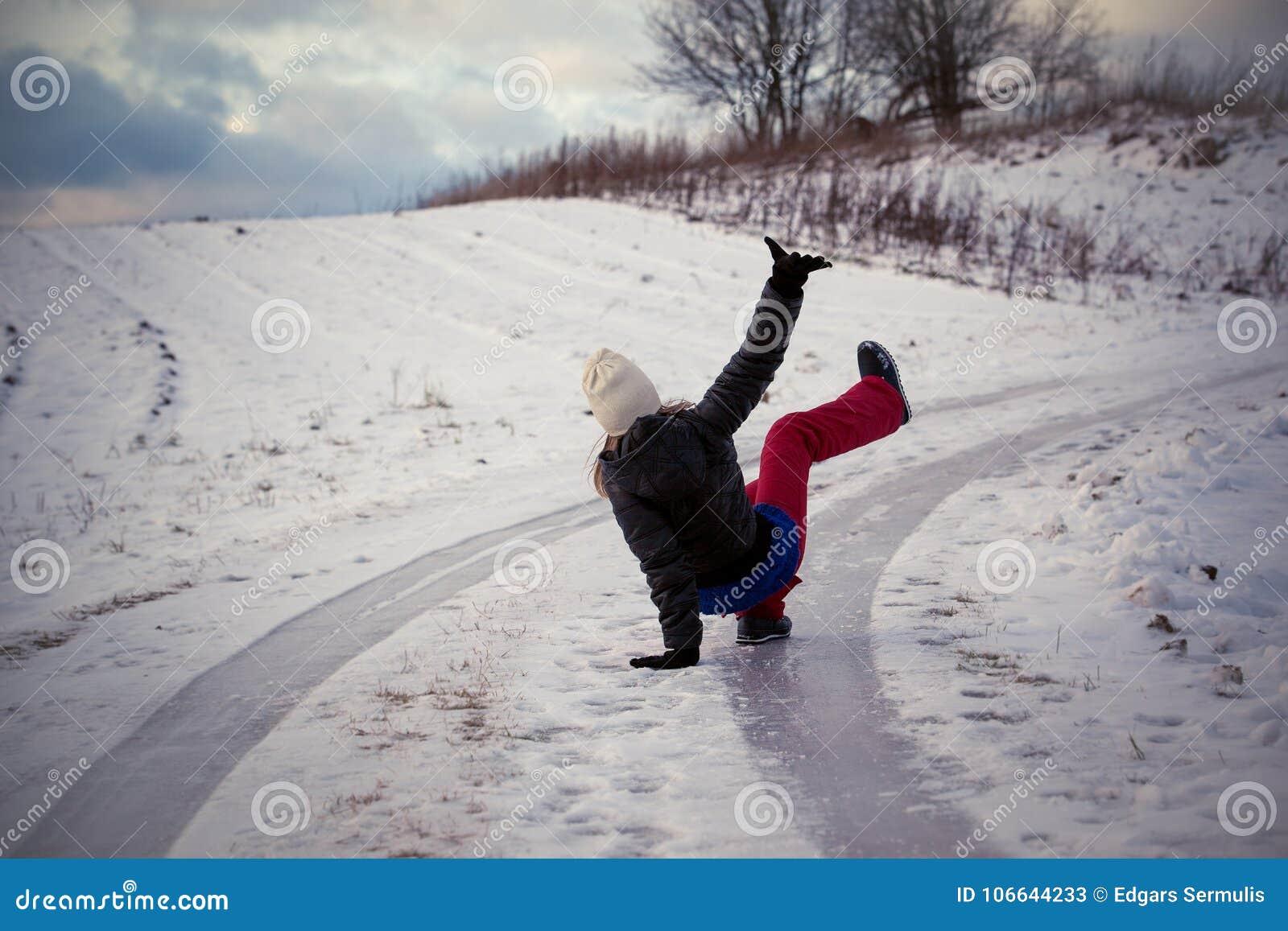 Halka på den hala isen och snöa på vägspåret på landet, i att frysa vinterdag