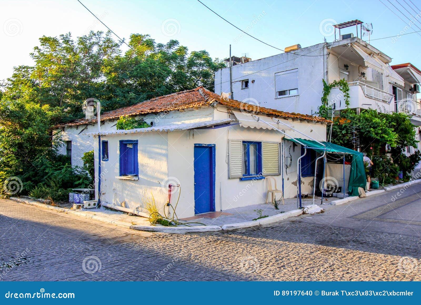 Halkidiki grecia 12 de julio de 2016 fachada de una for Fachadas de casas con ventanas blancas