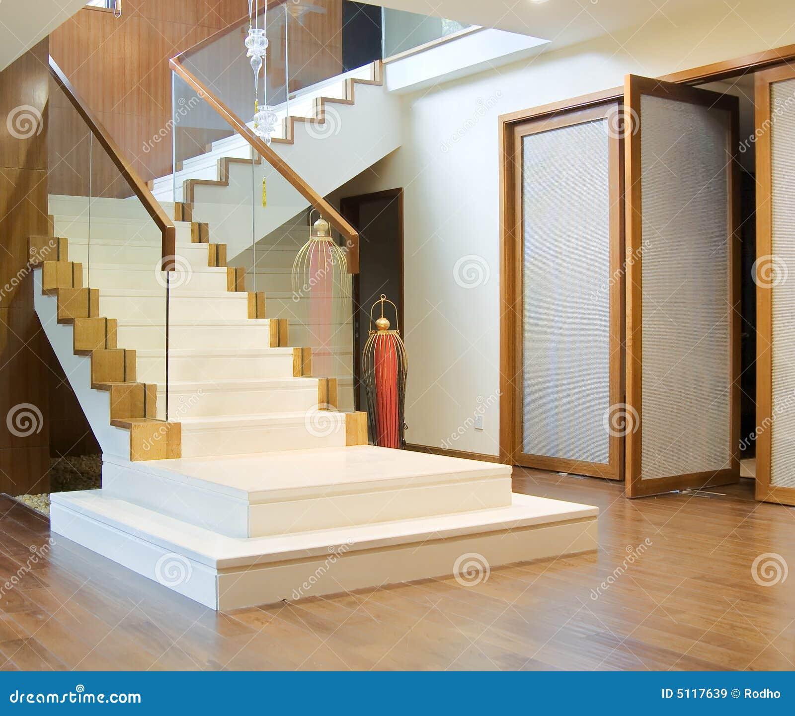 Hall avec l 39 escalier et l 39 entr e principale images libres for Hall entree avec escalier