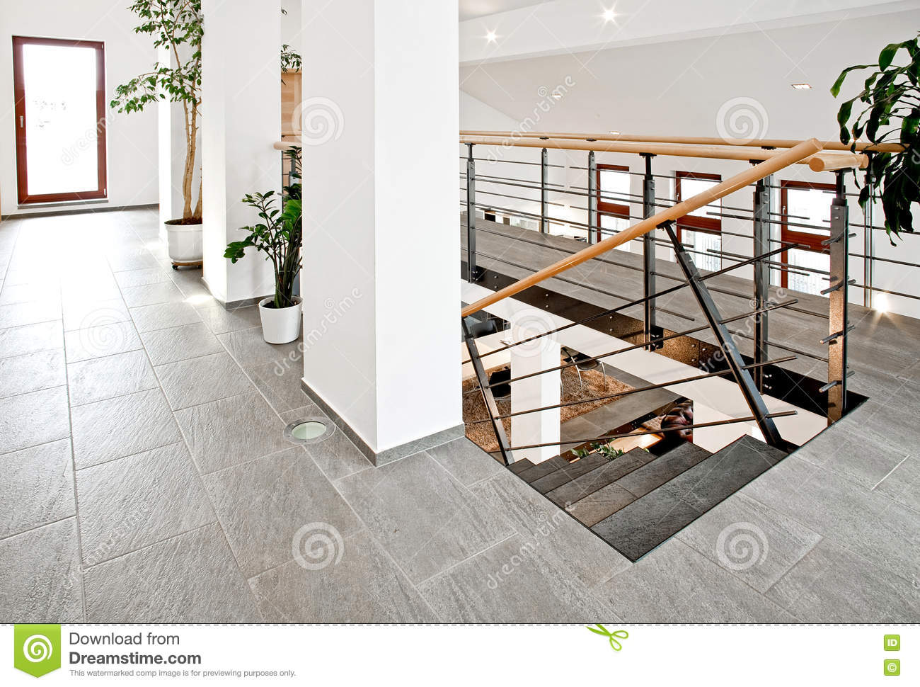 Hall d 39 entr e avec l 39 escalier photo stock image 77287648 for Hall entree avec escalier