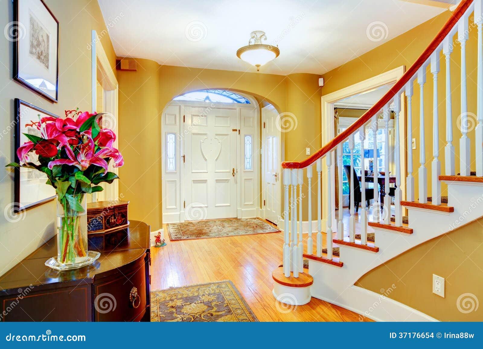 Hall d 39 entr e jaune et blanc lumineux images stock image for Decoration hall d entree avec escalier