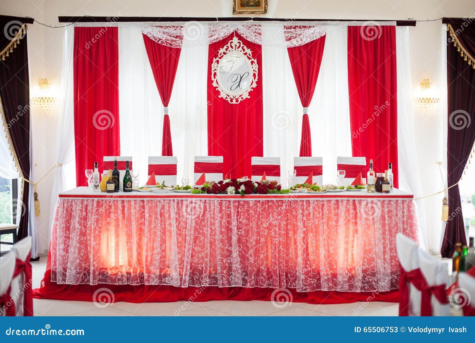 Hall d une manière élégante approvisionné de réception de mariage avec les rubans rouges sur le lux