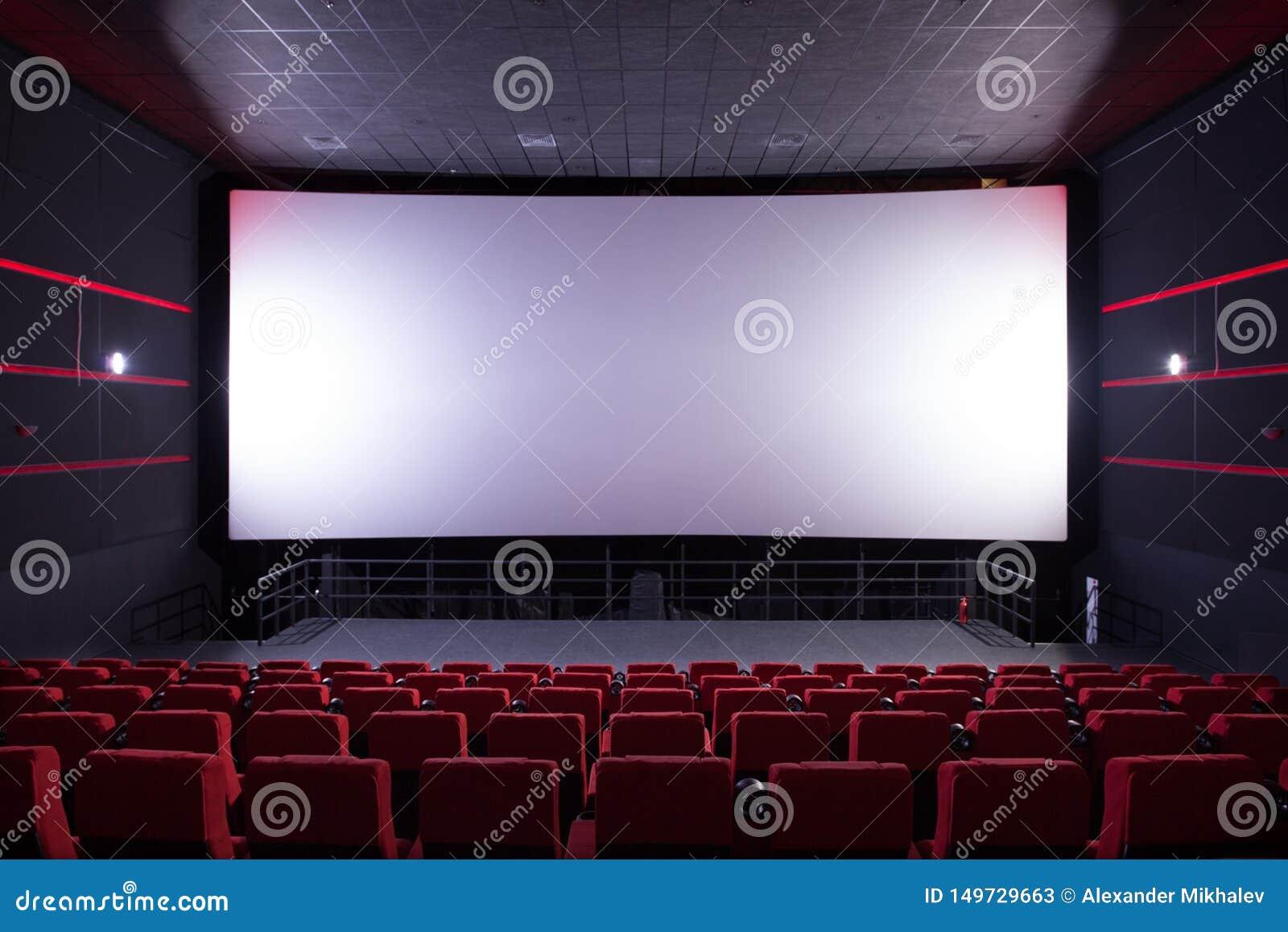 Hall de cinéma avec les chaises rouges