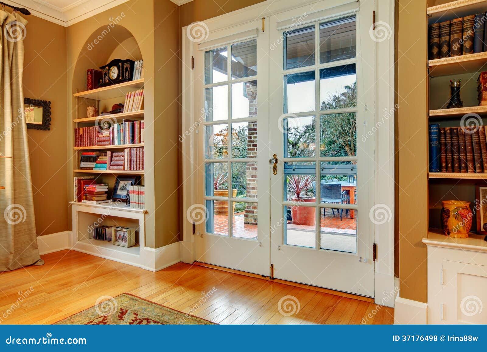 Hall de entrada cl sico con las puertas de cristal de - Puertas de entrada con cristal ...