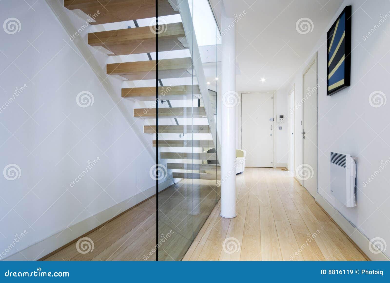hall de entrada con la escalera imagen de archivo imagen