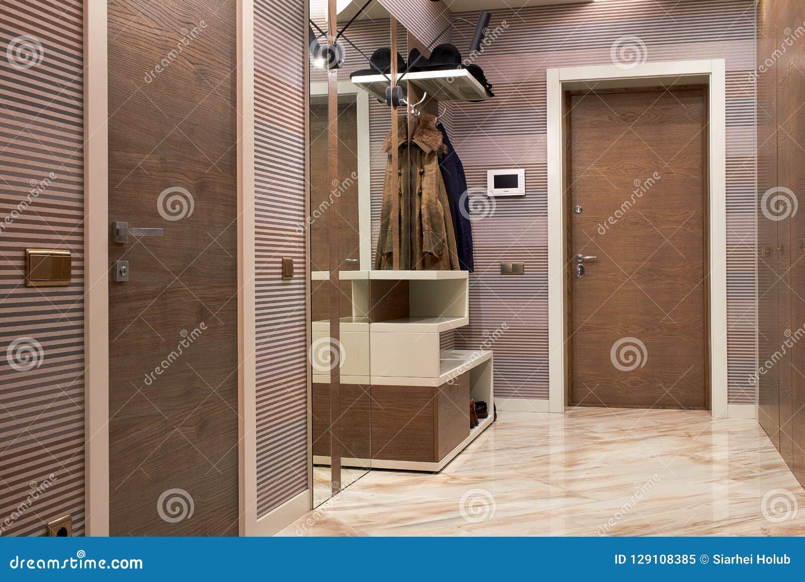 Hall De Entrada Hermoso Con Las Puertas De Madera De Alta Calidad