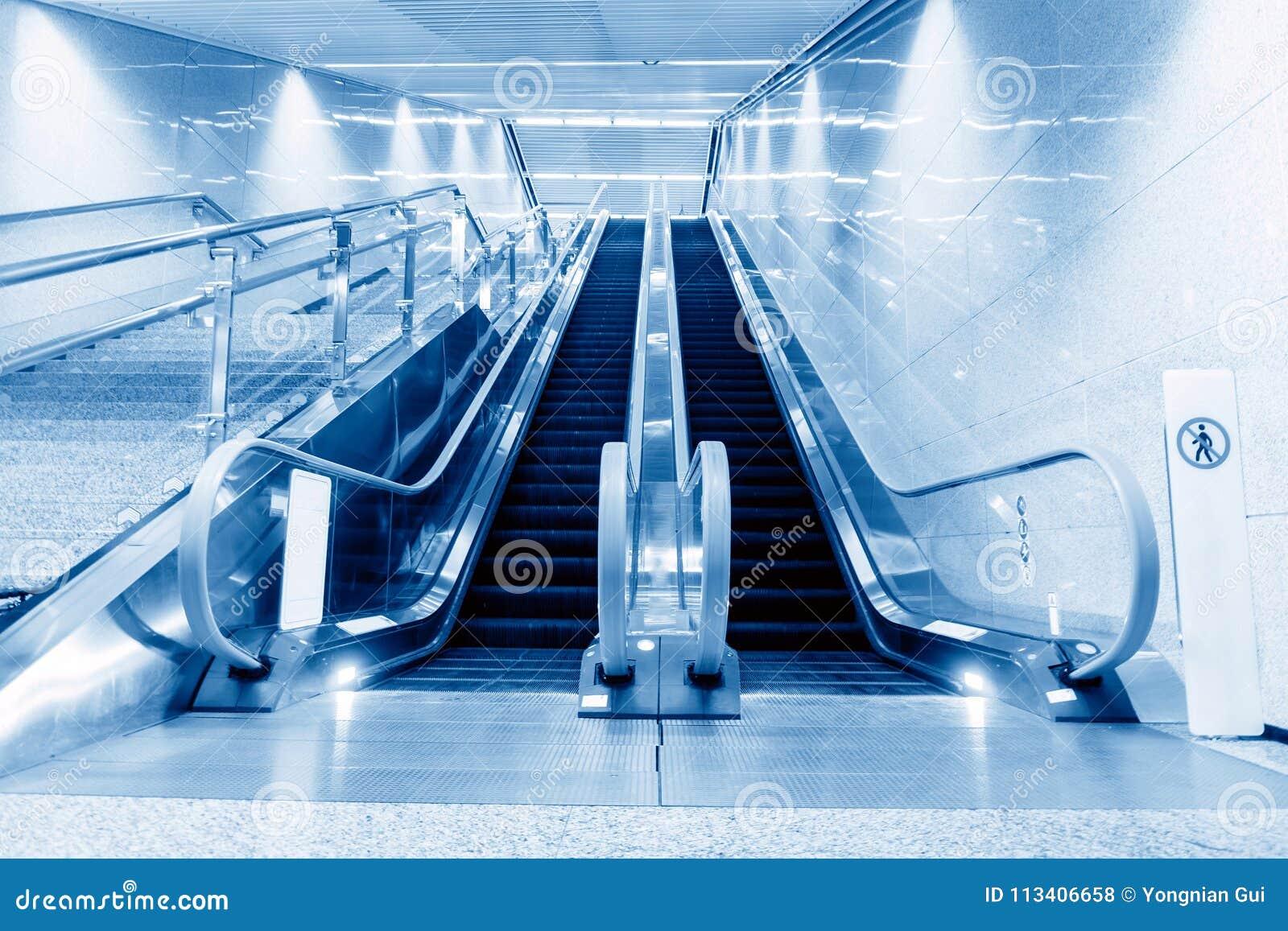 Hall et escalators