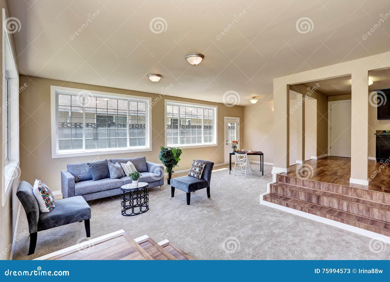 Halleninnenraum In Den Beige Wänden Wohnzimmer Mit Modernem Blauem ...