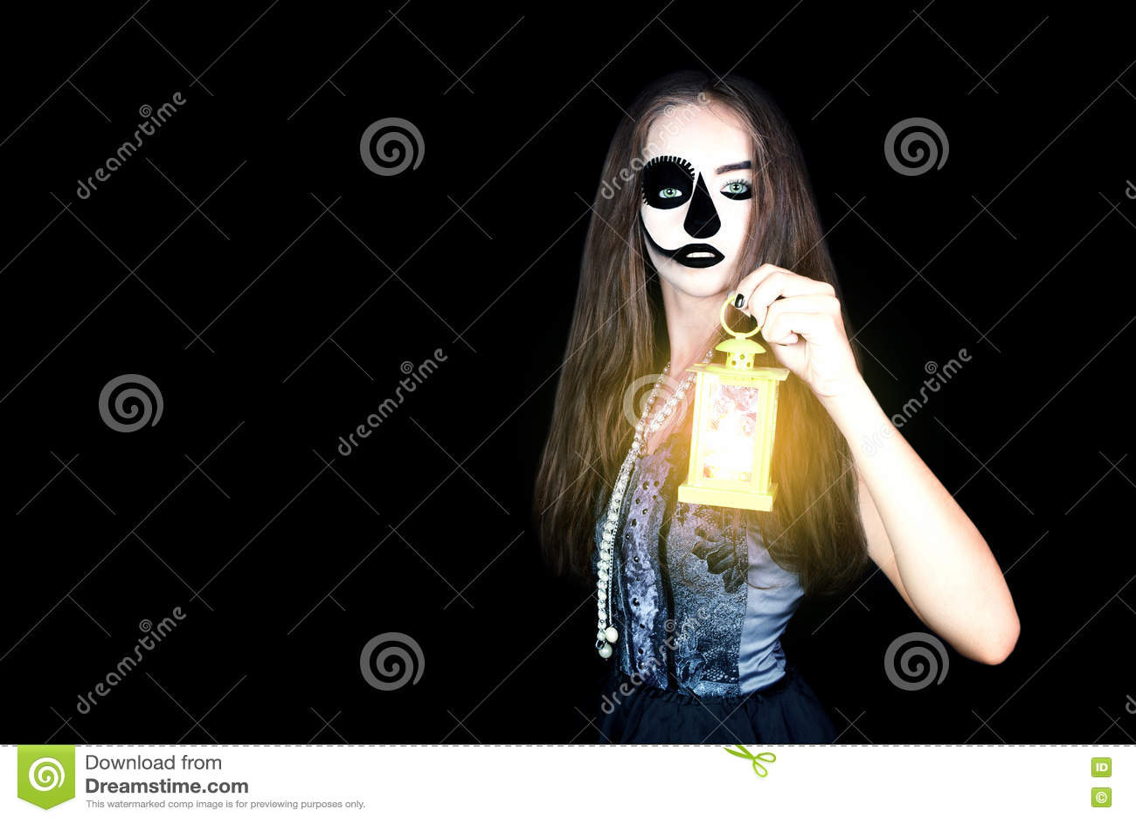 Halloween Девушка с электрофонарем в его руке