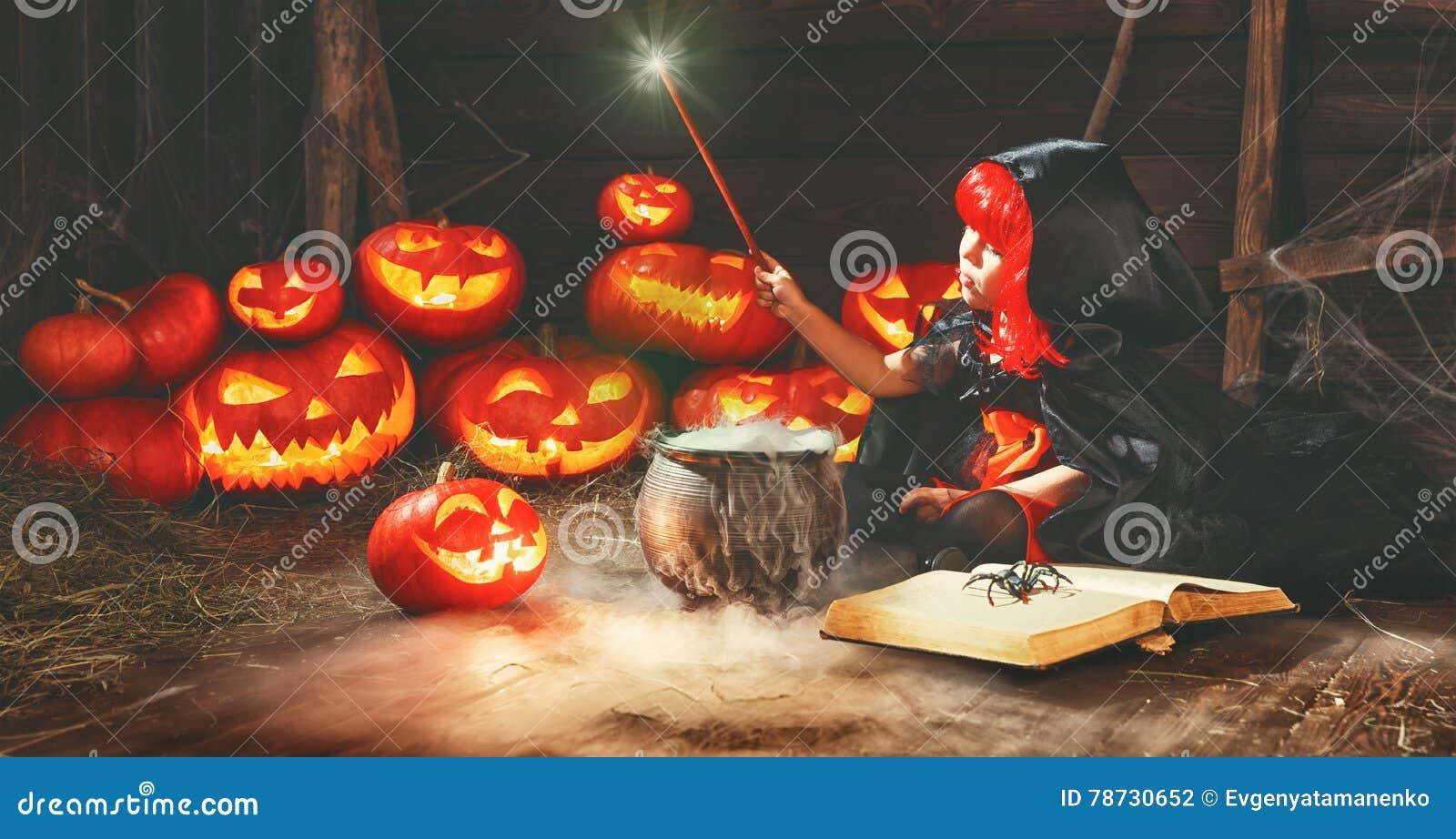 Halloween barnflickahäxa som förbereder dryck i kittel med p