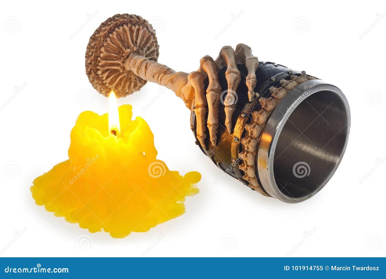 Halloween-brennende Kerze und -becher verziert mit der Skeletthand und