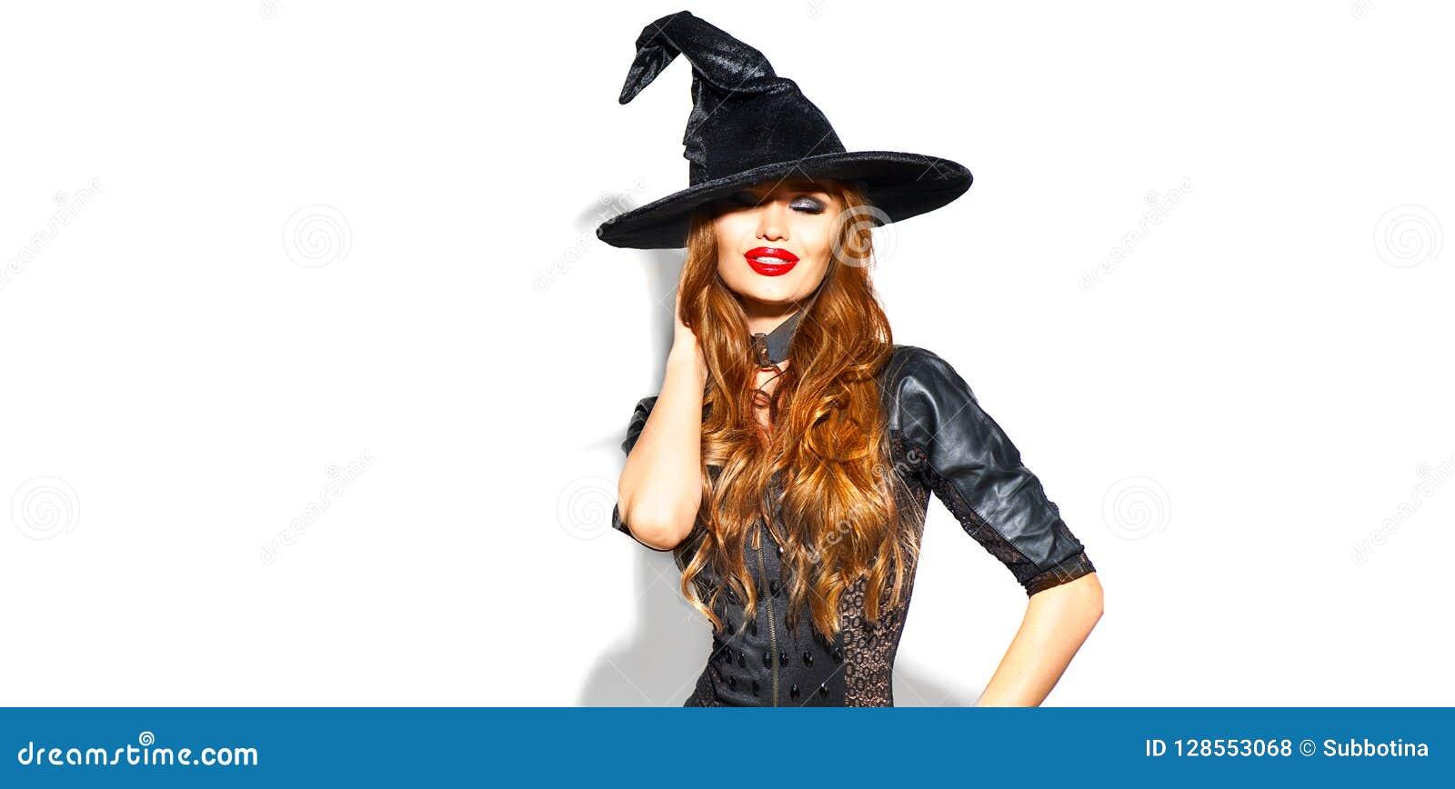 Halloween Bruxa  sexy  com composição brilhante do feriado Jovem mulher bonita que levanta no traje das bruxas sobre o branco