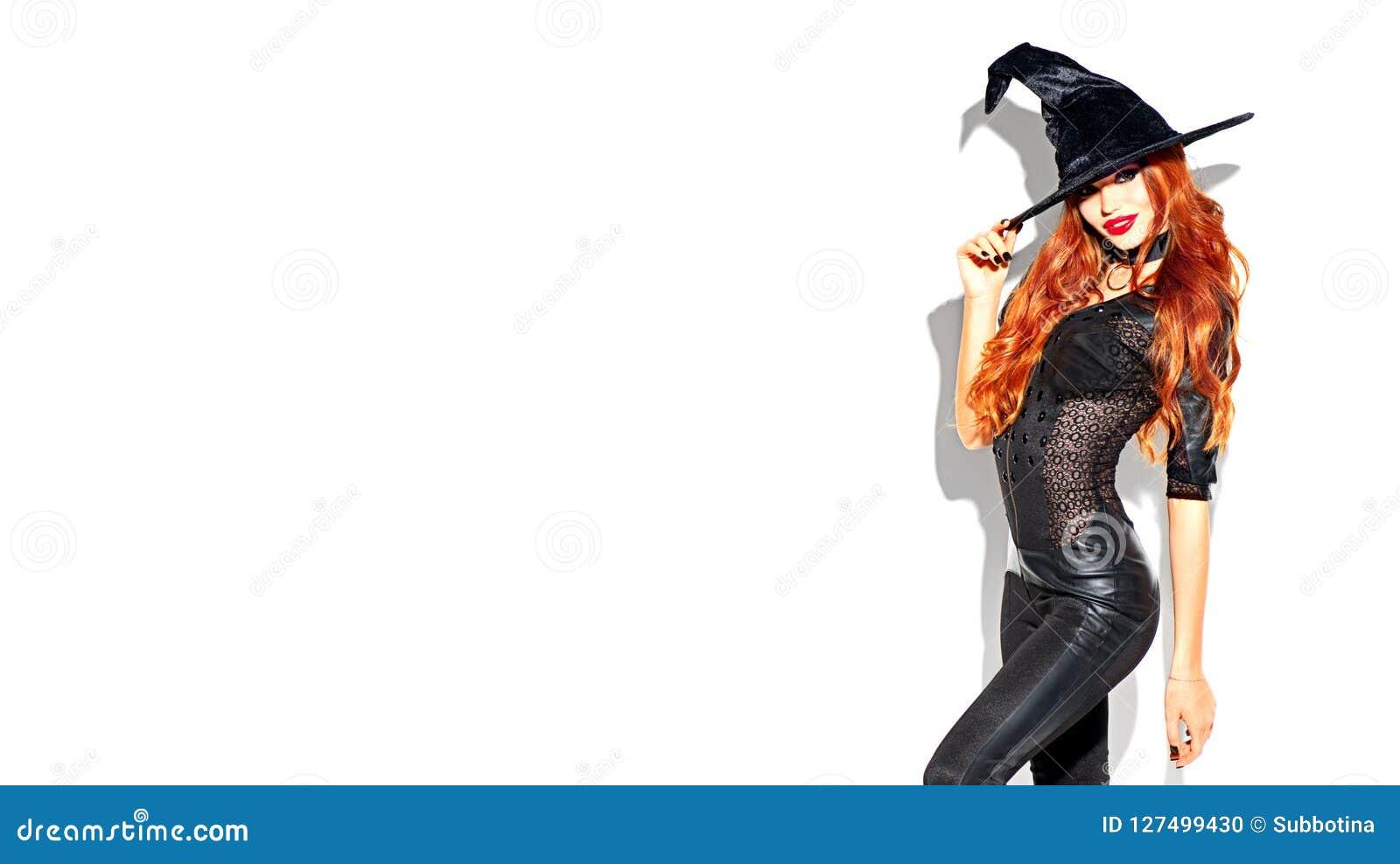 Halloween Bruxa  sexy  com composição brilhante e cabelo vermelho longo Jovem mulher bonita que levanta no traje  sexy  das bruxa