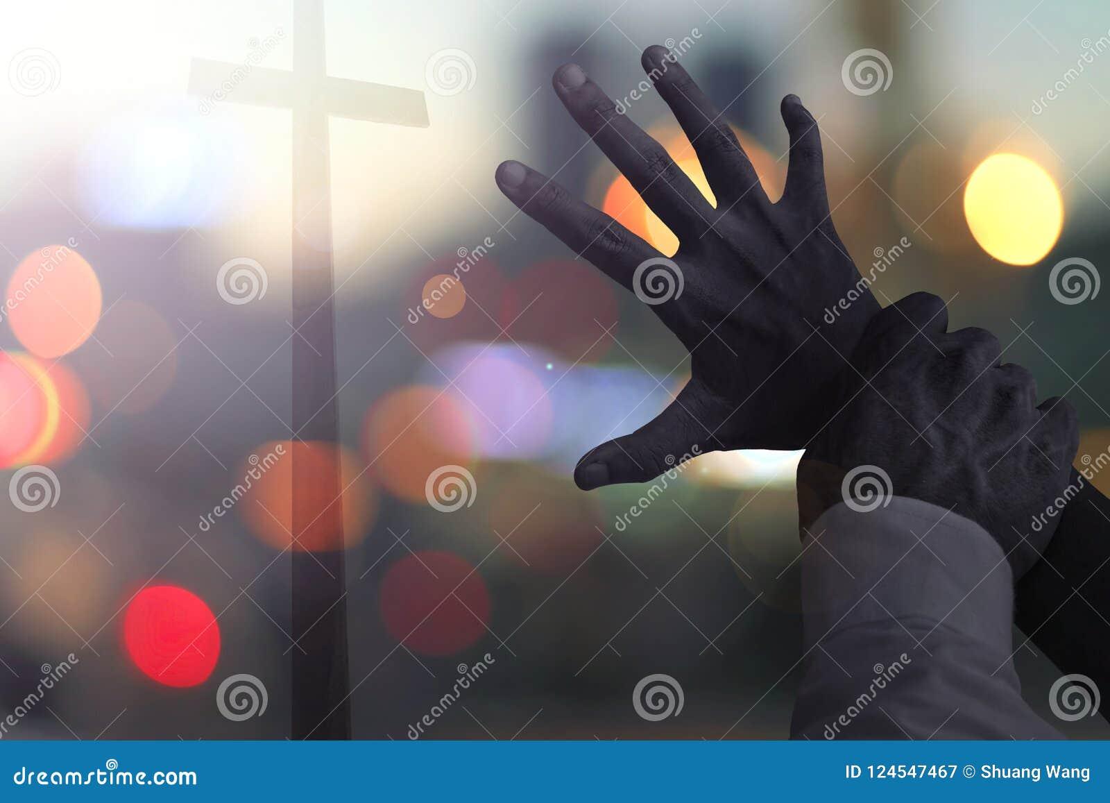 Halloween-concept: de enge mensen van het handeneinde van het zoeken van het kruis
