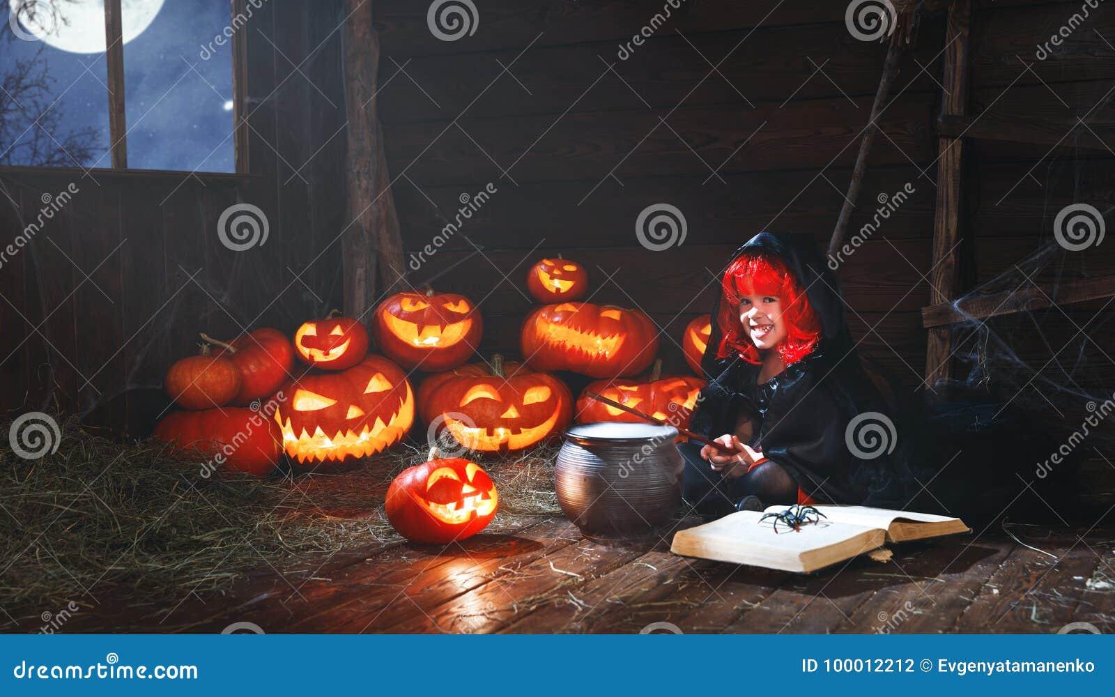 Halloween criança pequena da bruxa que cozinha a poção com abóbora e