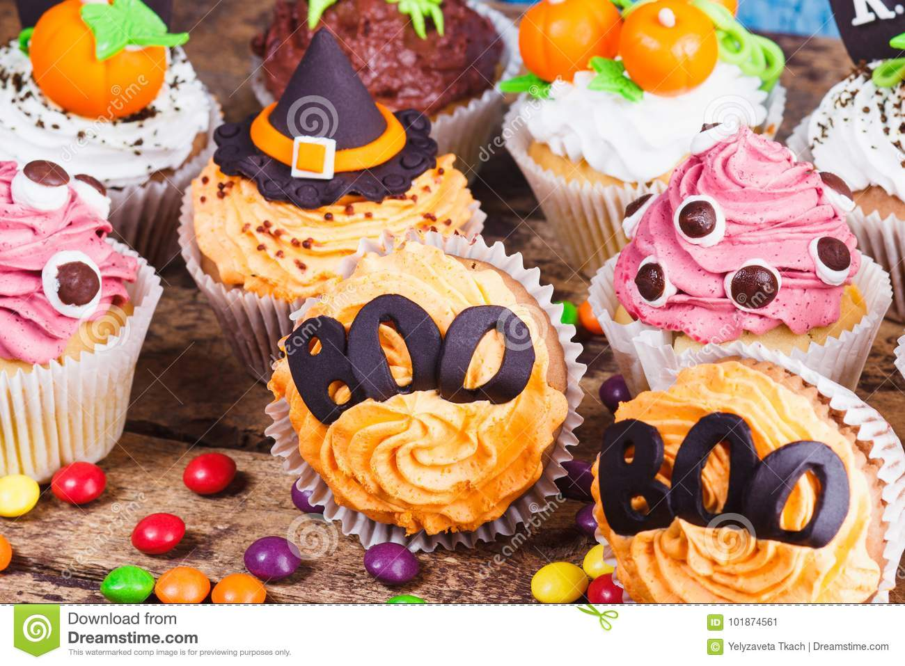 Halloween cupcakes met gekleurde decoratie stock for Decoratie cupcakes