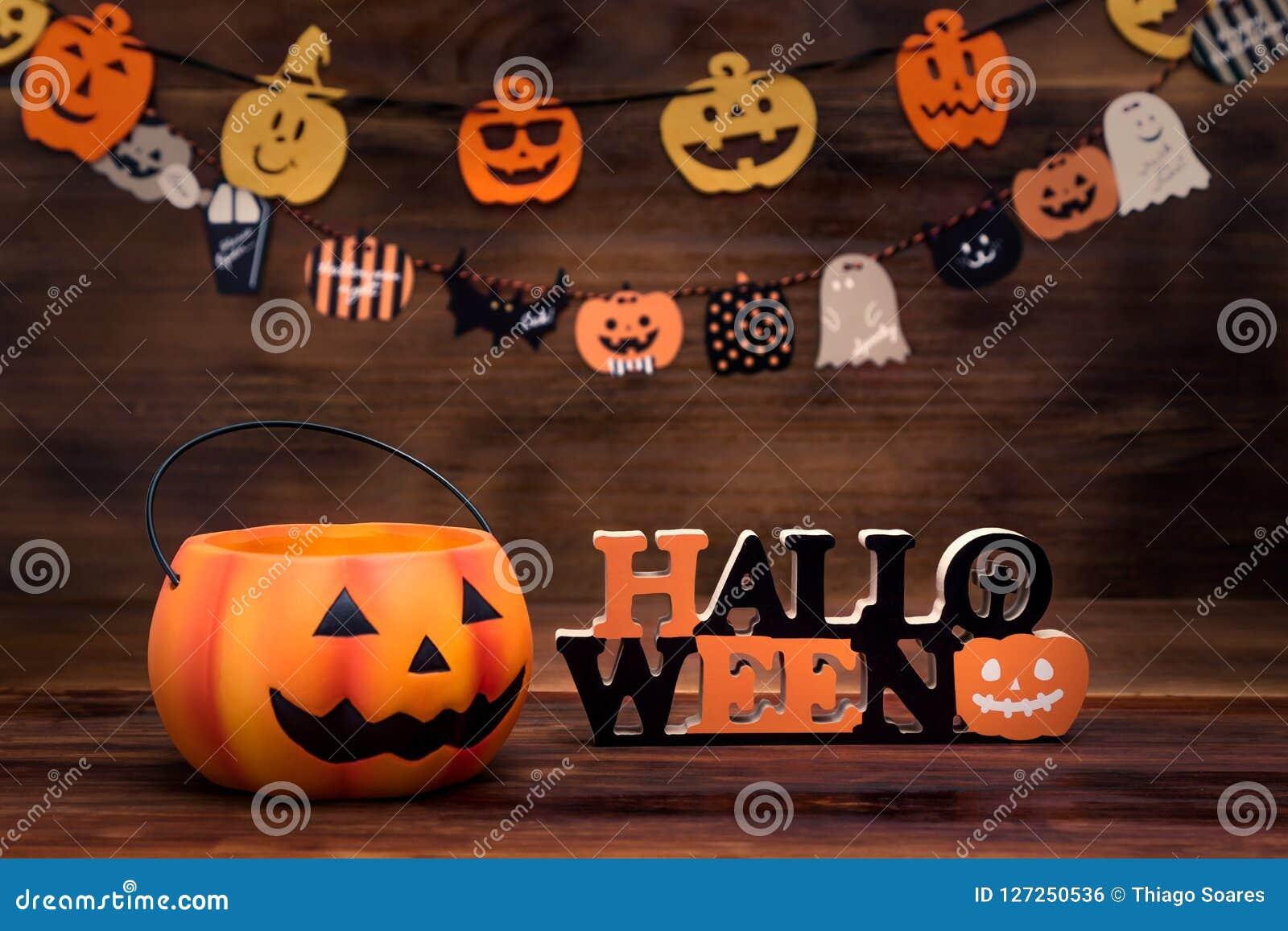 Halloween-decoratie met pompoenen, ornamenten en houten achtergrond