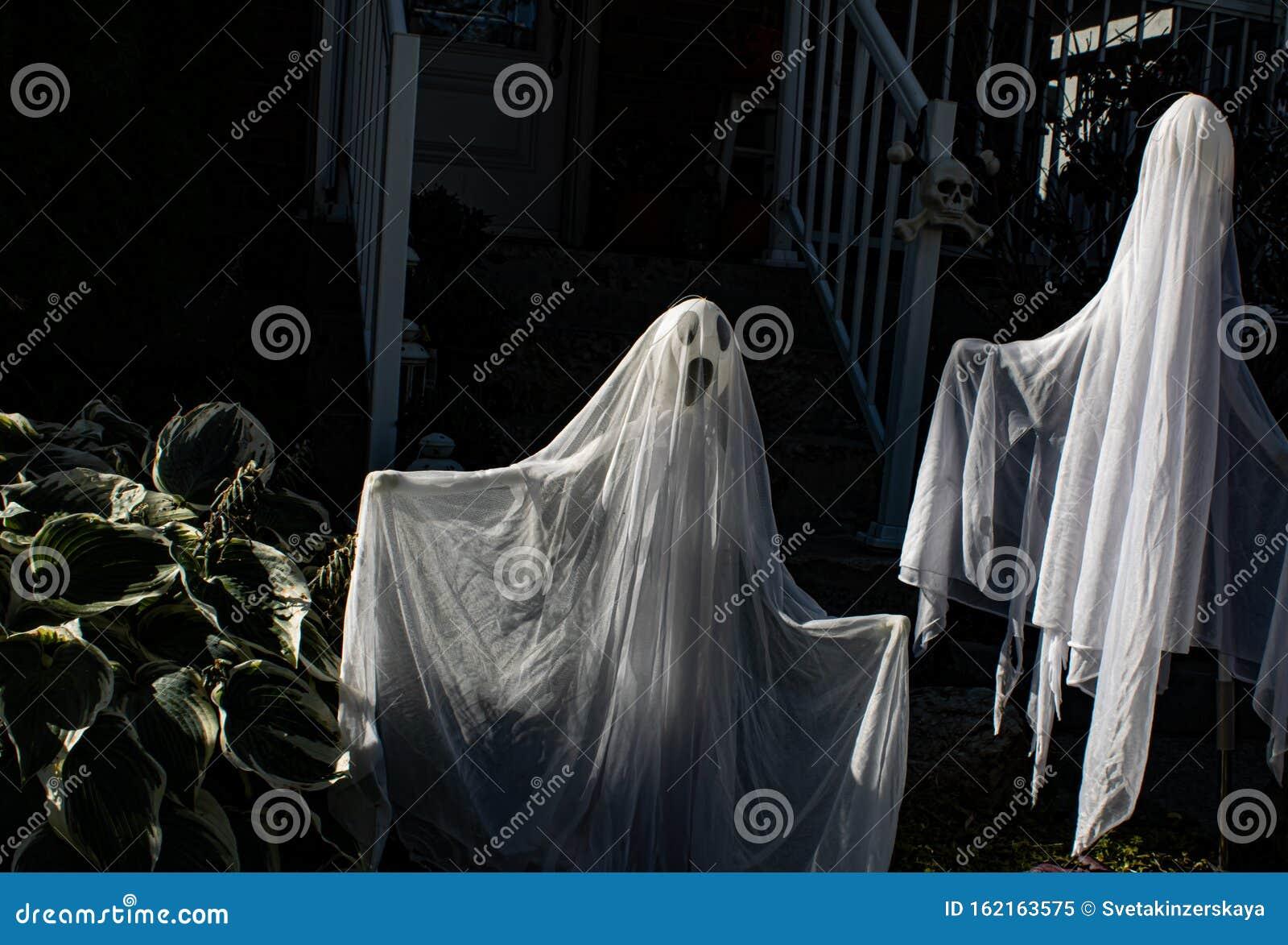 Halloween Dekoration An Den Hausturen Gruselige Geister Im Dunklen Treppenhaus Schreckliche Dekoration Stockbild Bild Von Geister Dekoration 162163575