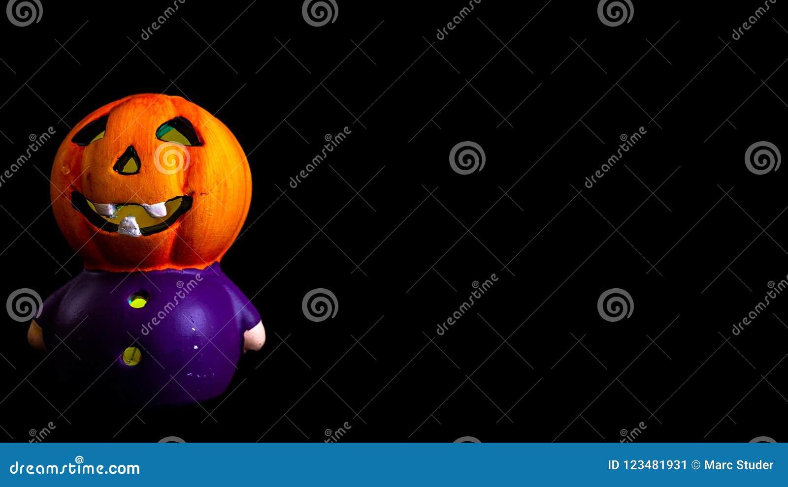 Halloween-Dekoration wenig Kürbiskopf rgb mit schwarzem Hintergrund beleuchtete