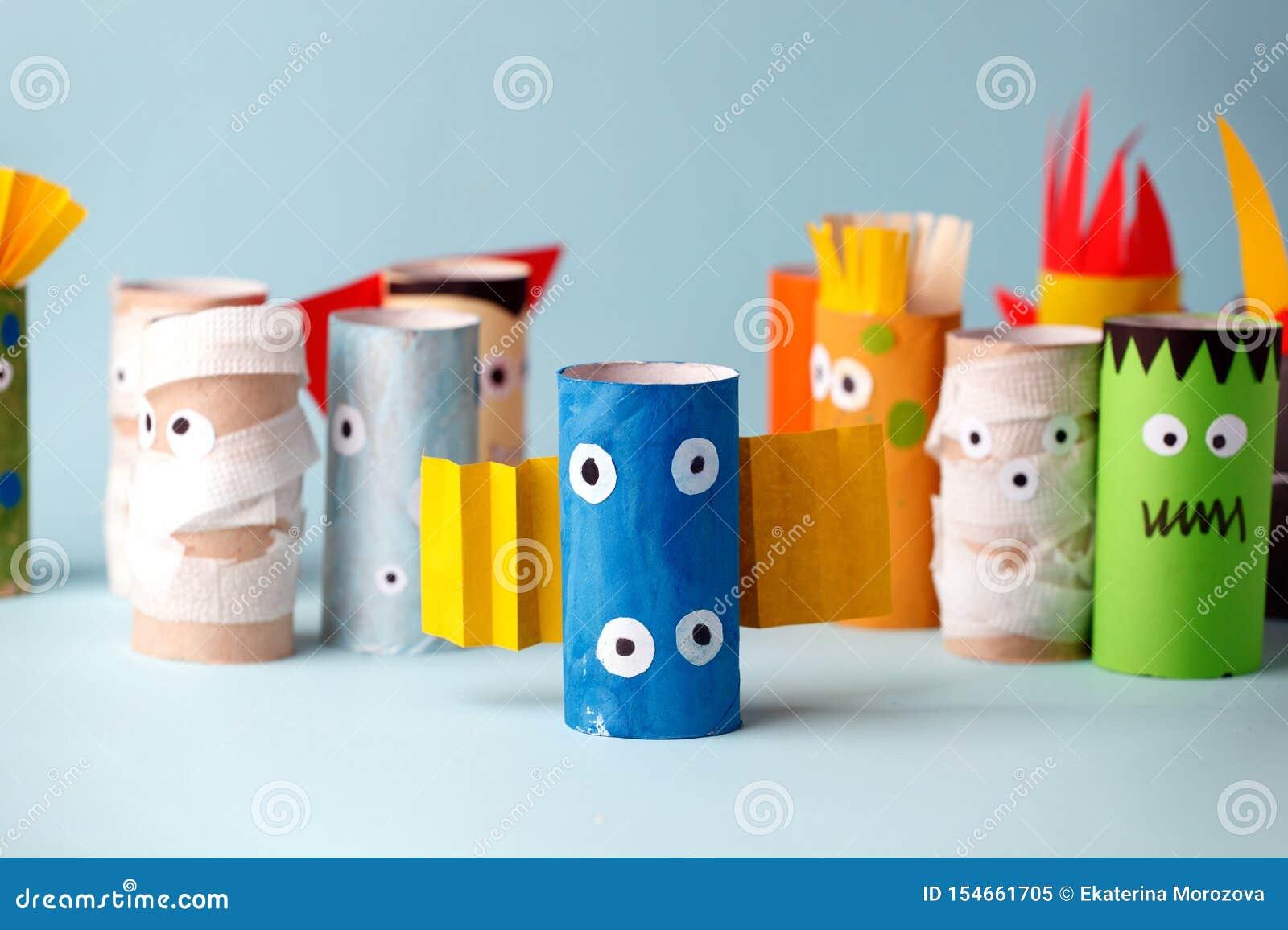 Halloween e concetto della decorazione - mostri dall idea creativa diy semplice del tubo della carta igienica La riutilizzazione