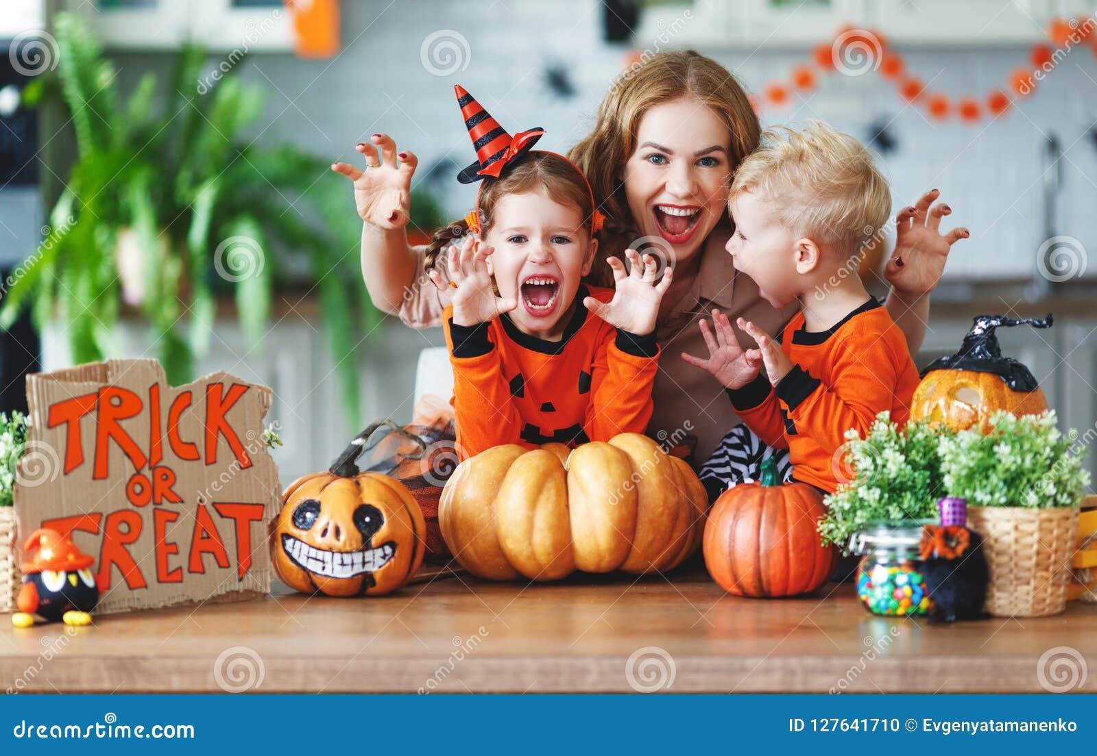 Halloween felice! madre e bambini della famiglia che si preparano per uff