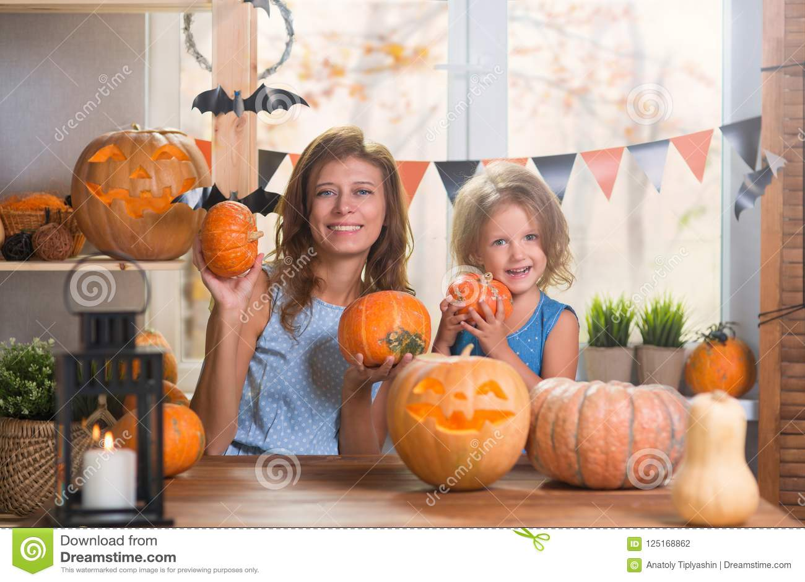 Halloween felice Piccola bella ragazza della famiglia con il celebr della madre