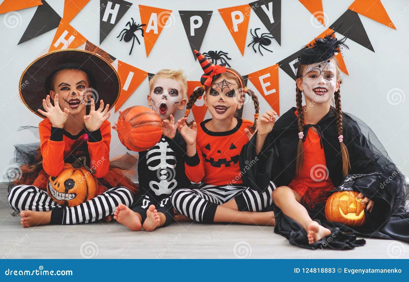 Halloween Gruppo.Halloween Felice Un Gruppo Di Bambini In Vestiti E Con Le Zucche