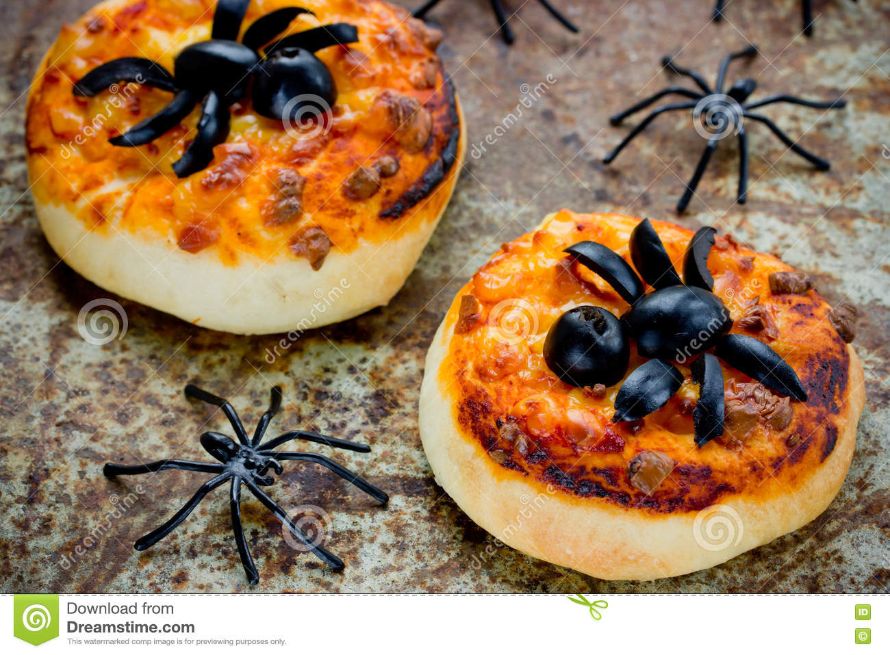 Halloween food background funny mini pizza with olive for Deco cuisine halloween