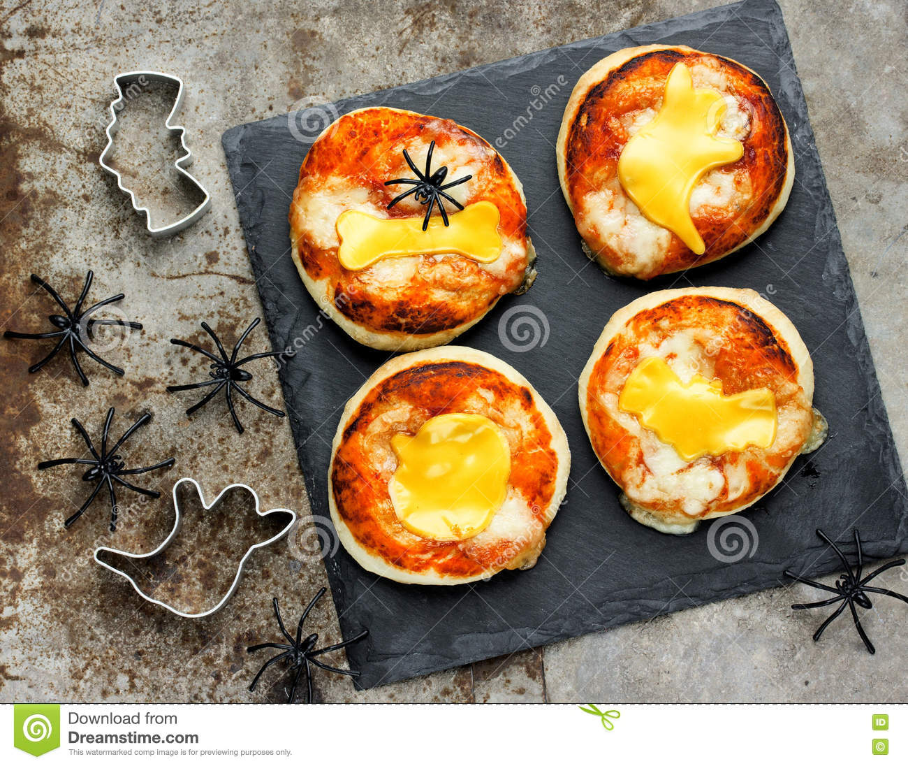 halloween food ideas for kids party - pizza with tomato and chee