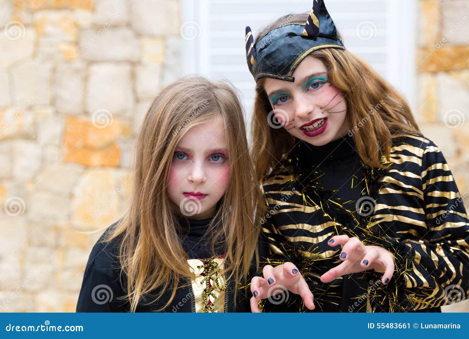 Halloween-het kostuum die van jong geitjemeisjes gebaar doen schrikken